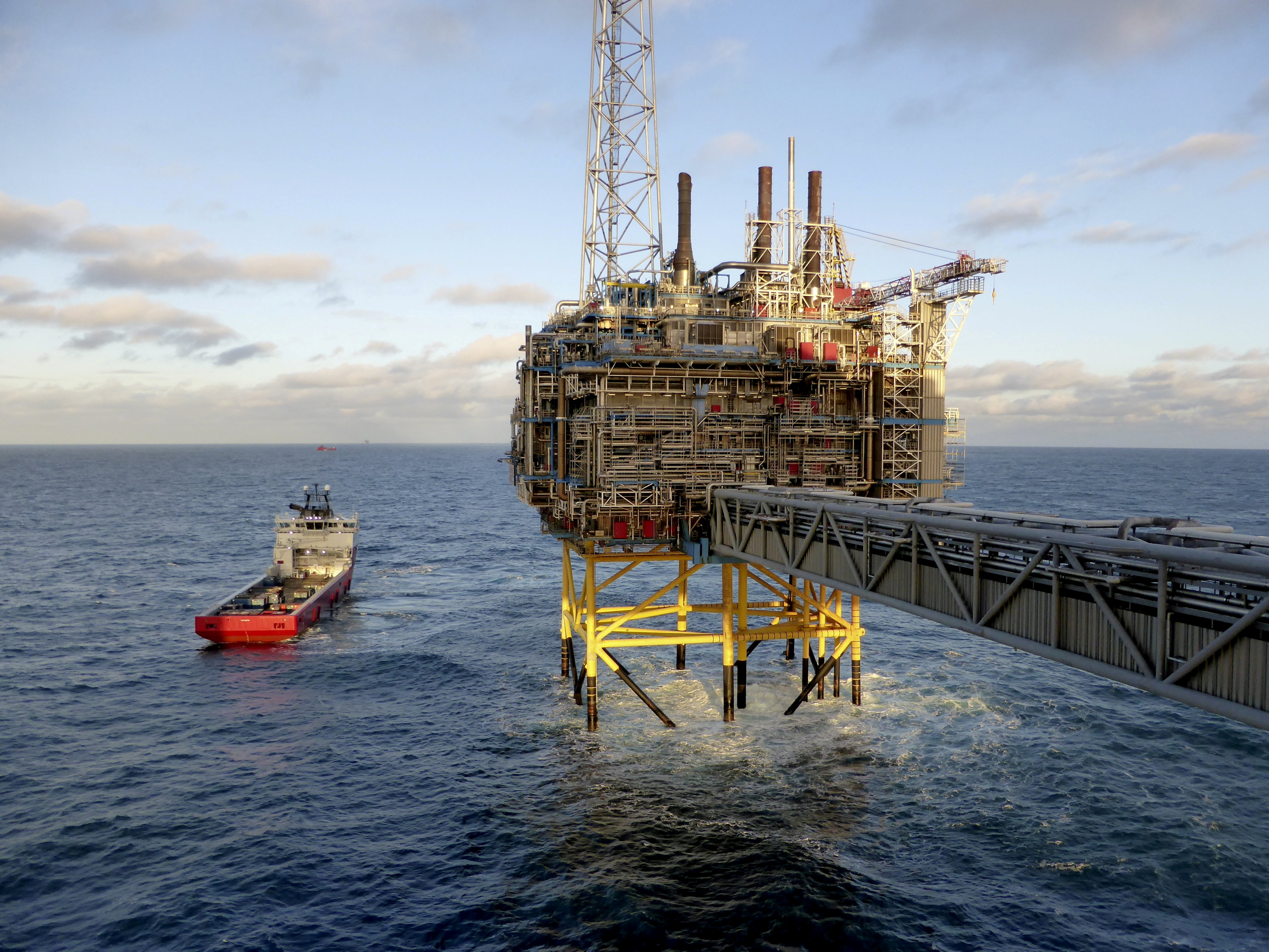Oil and gas company Statoil gas processing and CO2 removal platform Sleipner T is pictured in the offshore near the Stavanger, Norway, February 11, 2016.  REUTERS/Nerijus Adomaitis