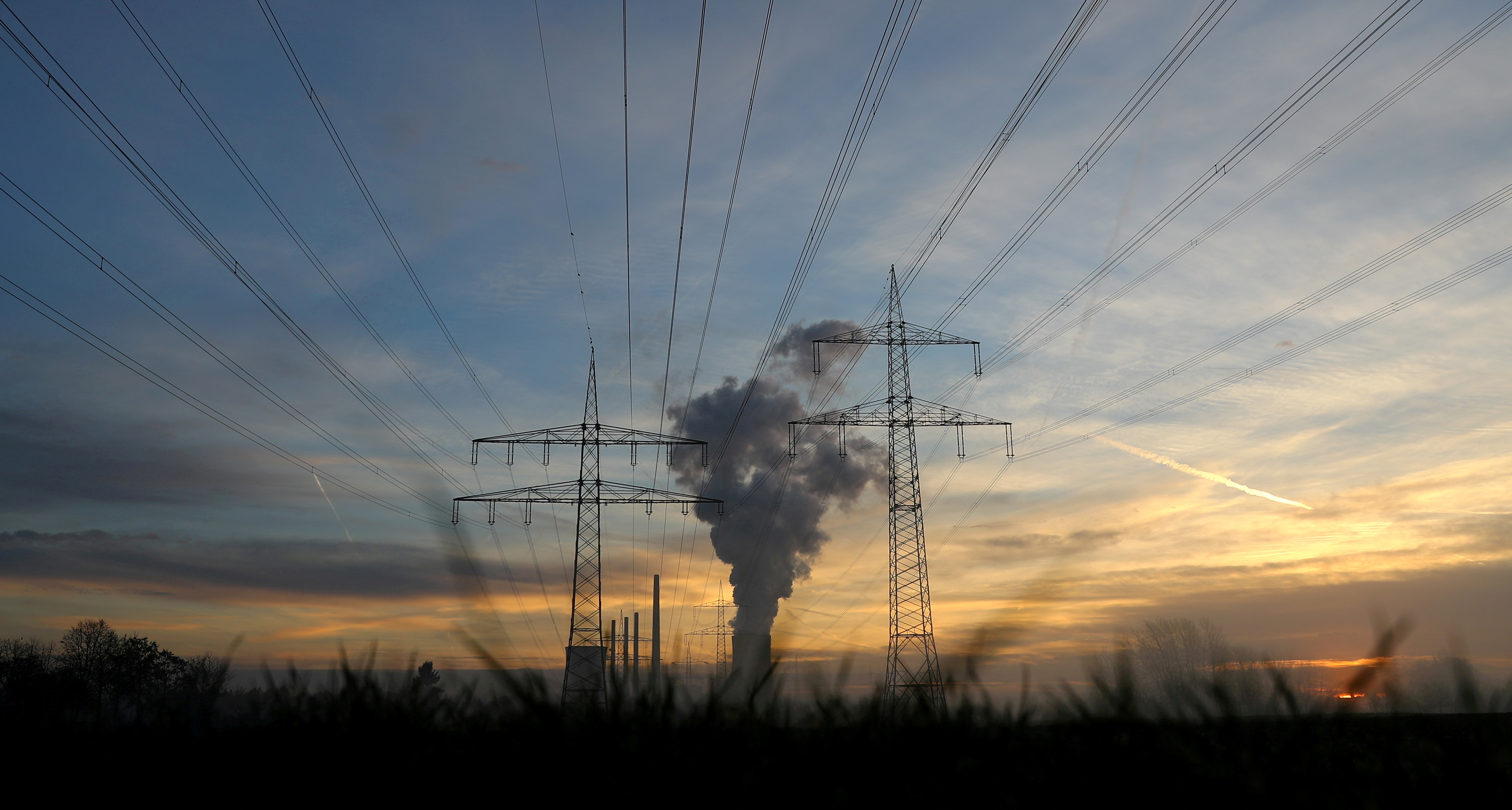 General view of electricity pylons and power lines leading from the Uniper coal power plant in Hanau, Germany, early morning November 23, 2016.   REUTERS/Kai Pfaffenbach