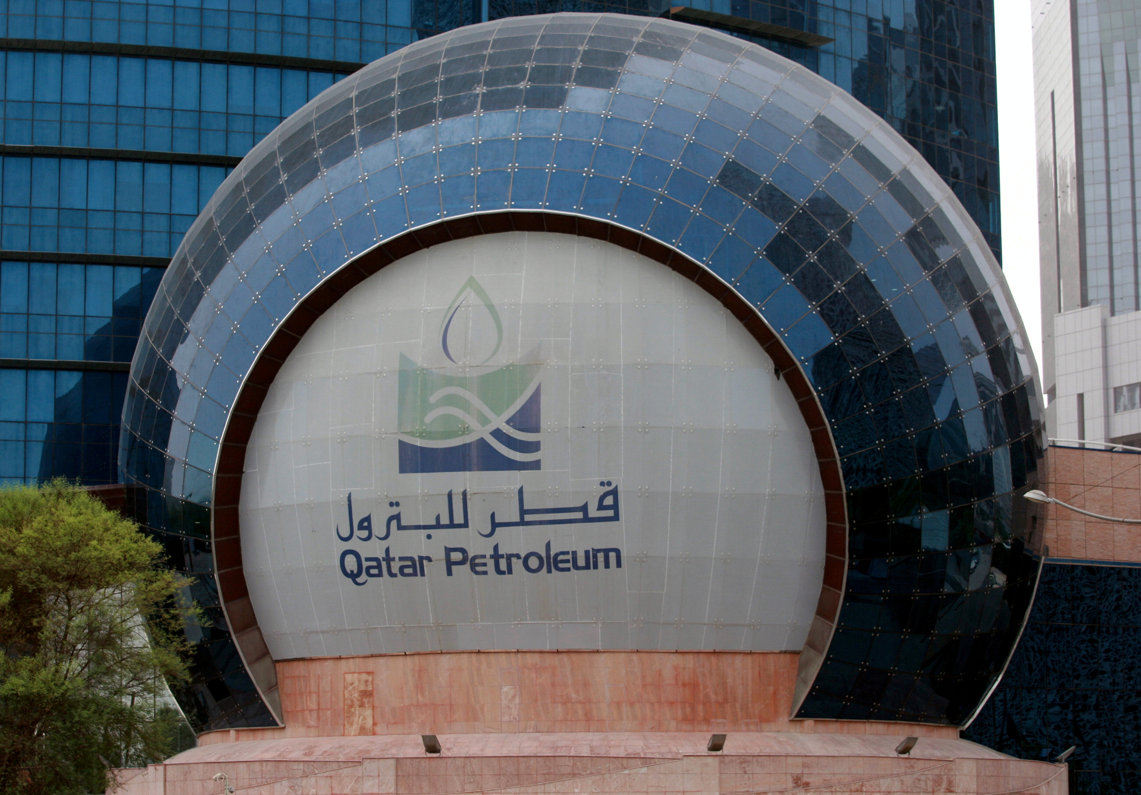 The logo of Qatar Petroleum is seen at its headquartes in Doha, Qatar, July 8, 2017. REUTERS/Stringer/File Photo