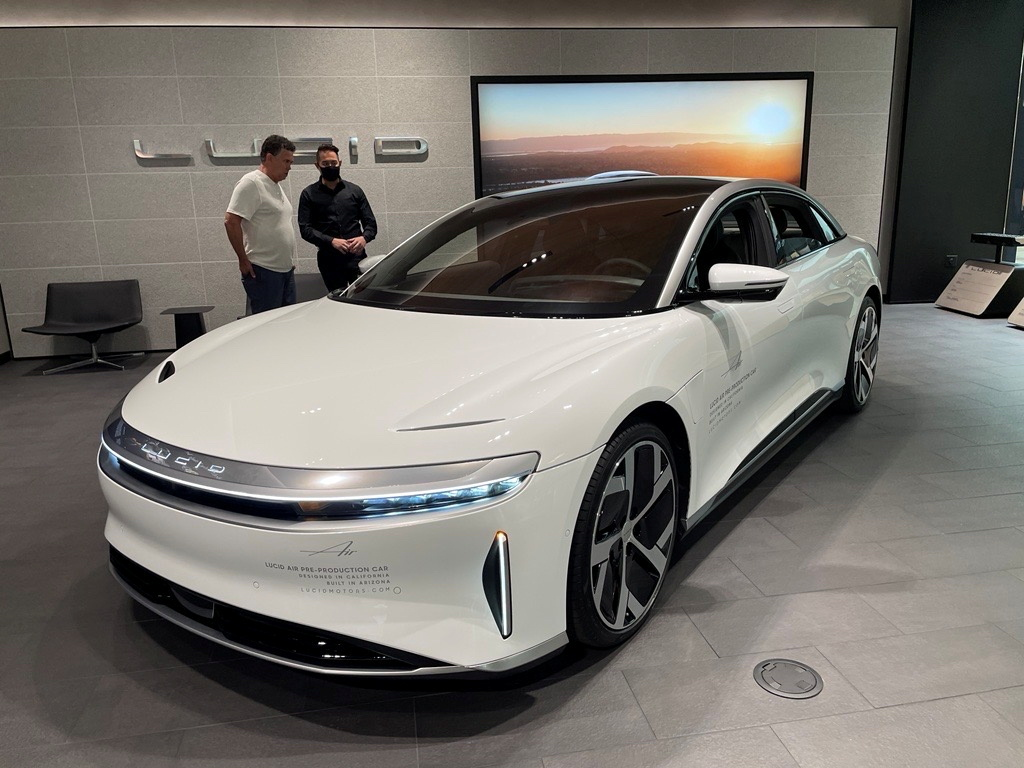 A Lucid Air electric vehicle is displayed at a shopping mall in Scottsdale, Arizona, U.S., September 27, 2021. REUTERS/Hyunjoo Jin