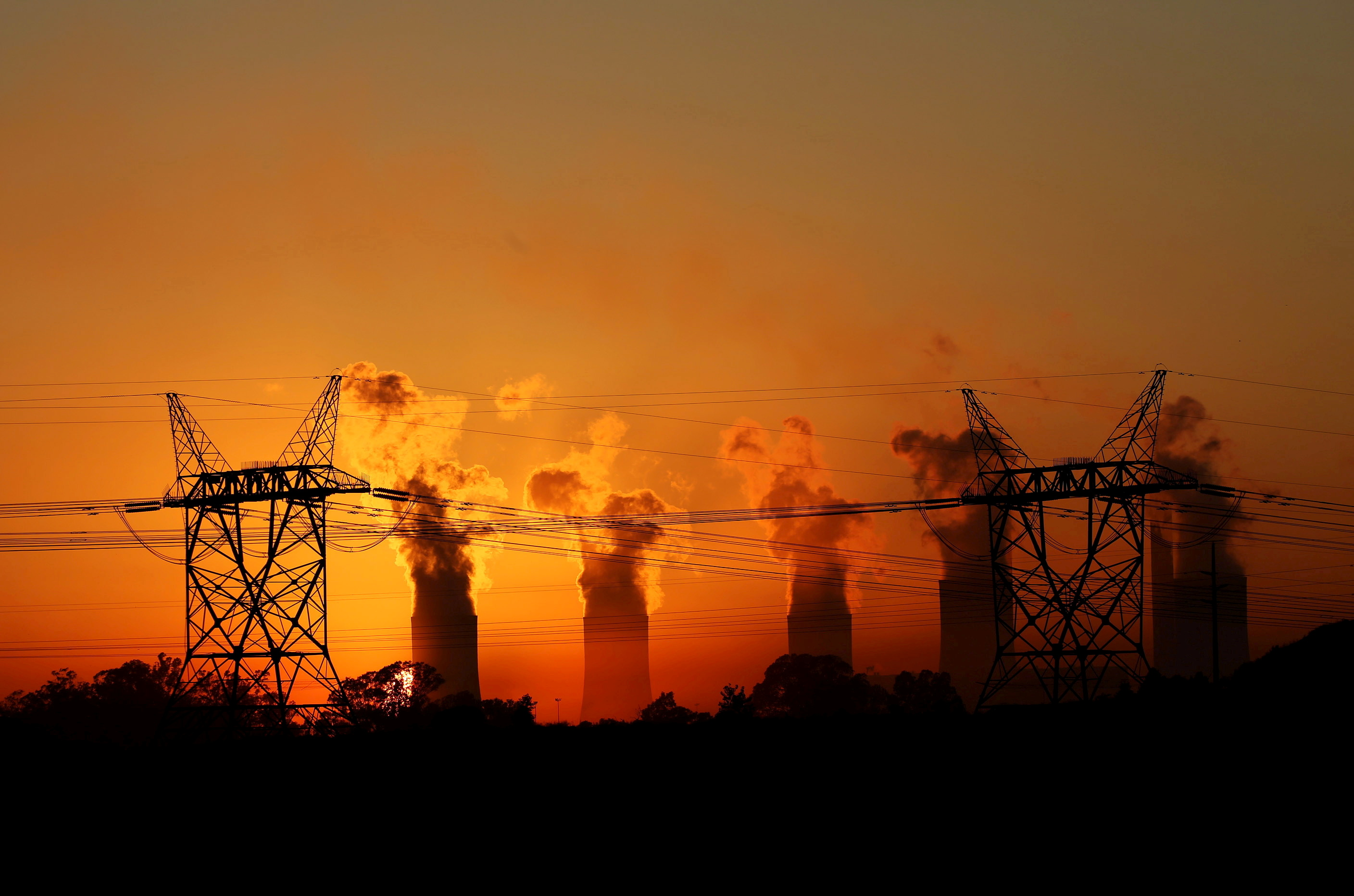 Electricity pylons are seen in front of the cooling towers at the Lethabo Thermal Power Station, an Eskom coal-burning power station near Sasolburg in the northern Free State province, March 2, 2016.  REUTERS/Siphiwe Sibeko/File Photo