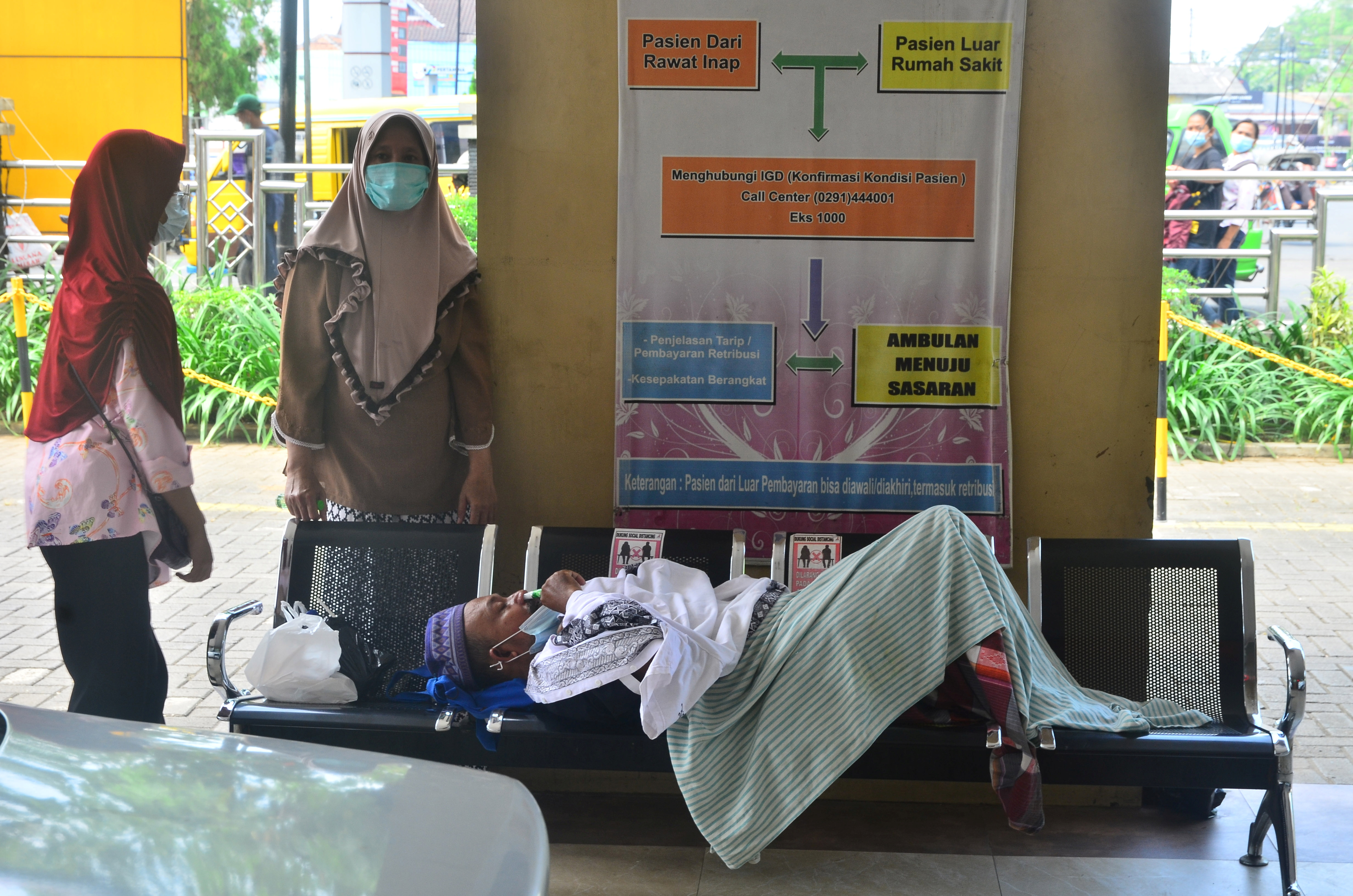 Seorang pasien terbaring di bangku saat mengantre untuk dirawat di ruang gawat darurat RSUP Dr Loekmono Hadi, di tengah pandemi virus corona COVID19 di Kudus, Provinsi Jawa Tengah, Indonesia, 2 Juni 2021 Antara Foto /Yusuf Nugroho/via REUTERS