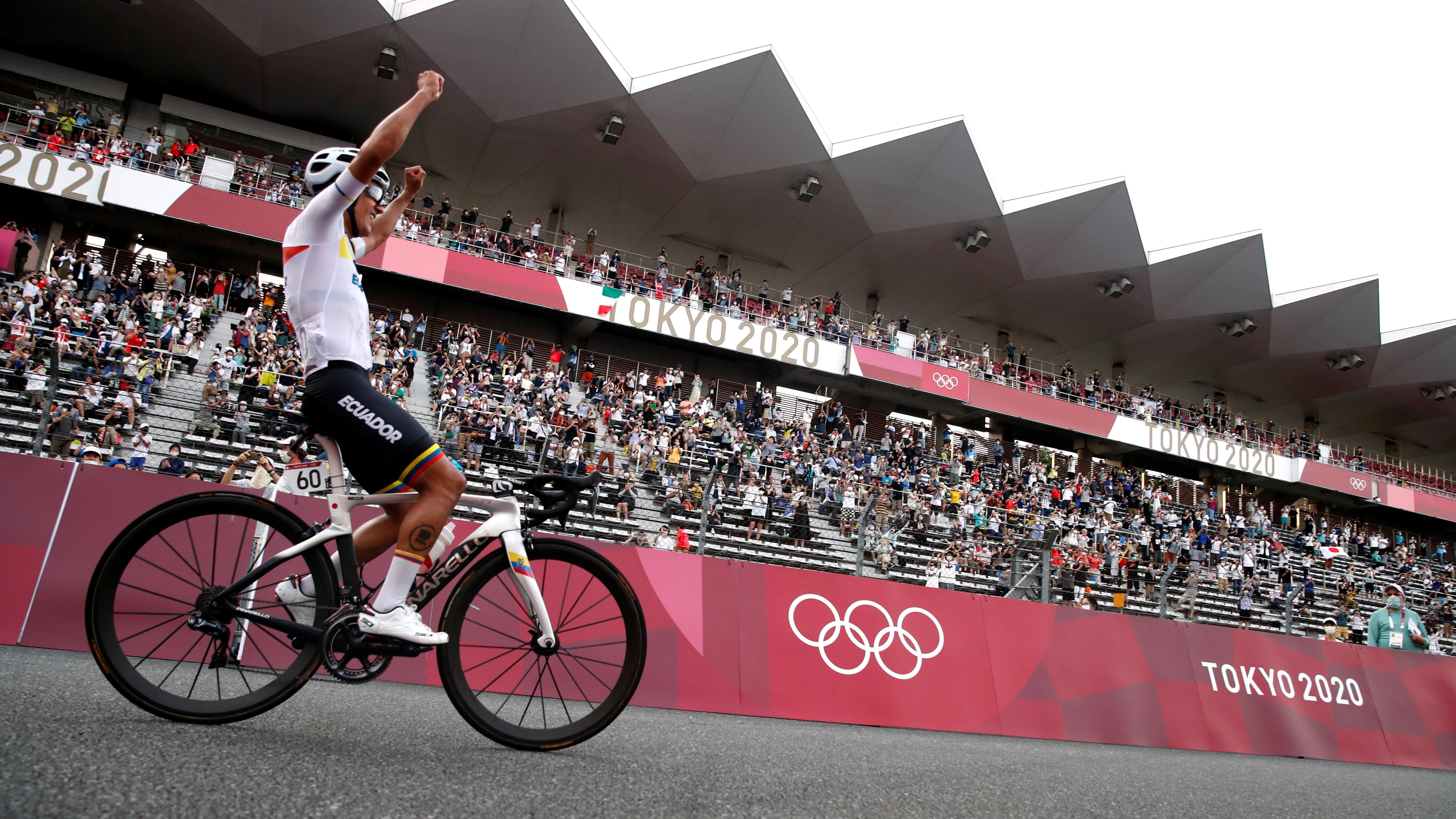 Tokyo 2020 Olympics - Cycling - Road - Men's Road Race - Final - Tokyo to Fuji International Speedway, Japan - July 24, 2021. Richard Carapaz of Ecuador celebrates winning gold. REUTERS/Matthew Childs