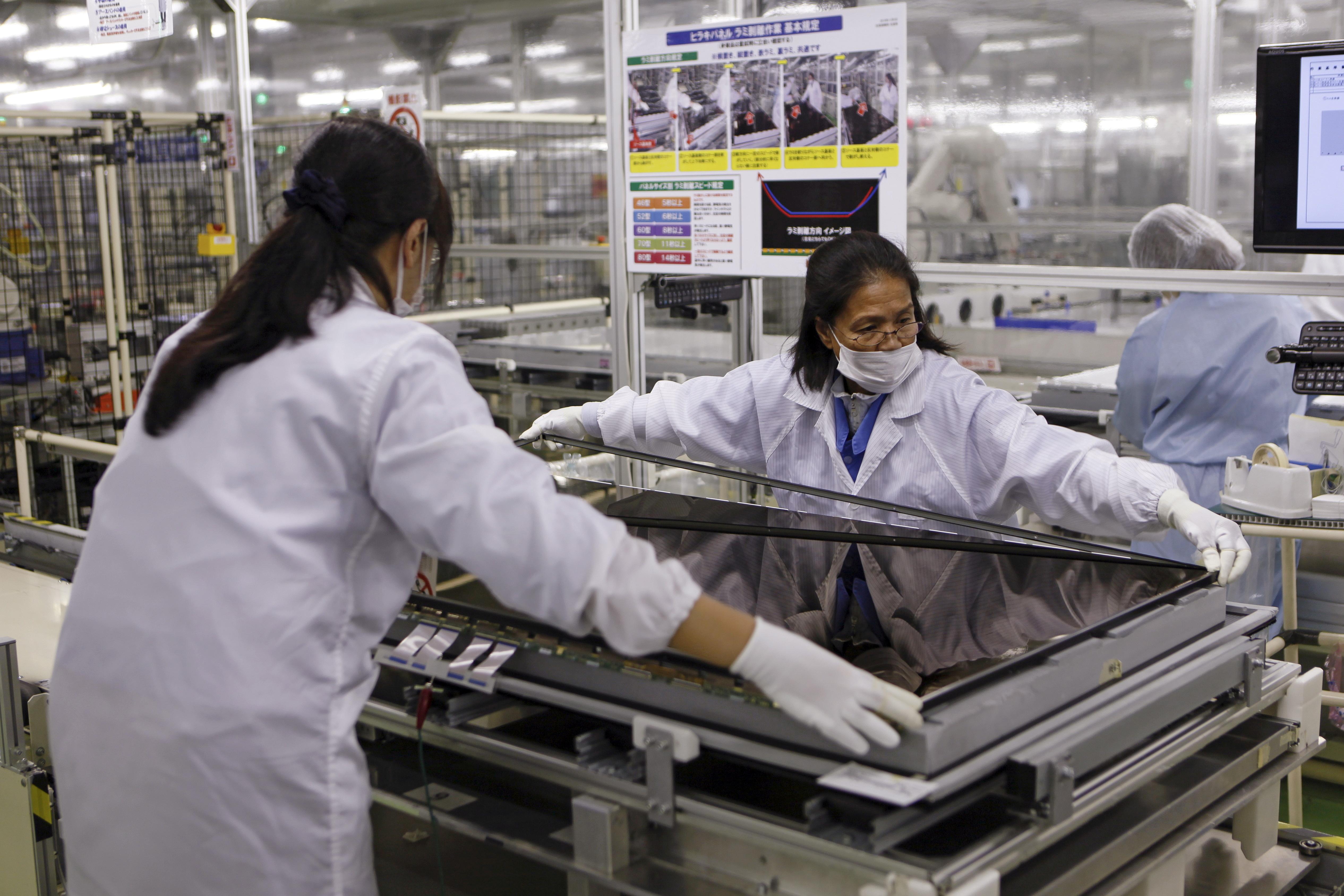 Women assemble an Aquos television at Sharp Corp's Tochigi plant in Yaita, north of Tokyo, November 19, 2015.   REUTERS/Reiji Murai/Files