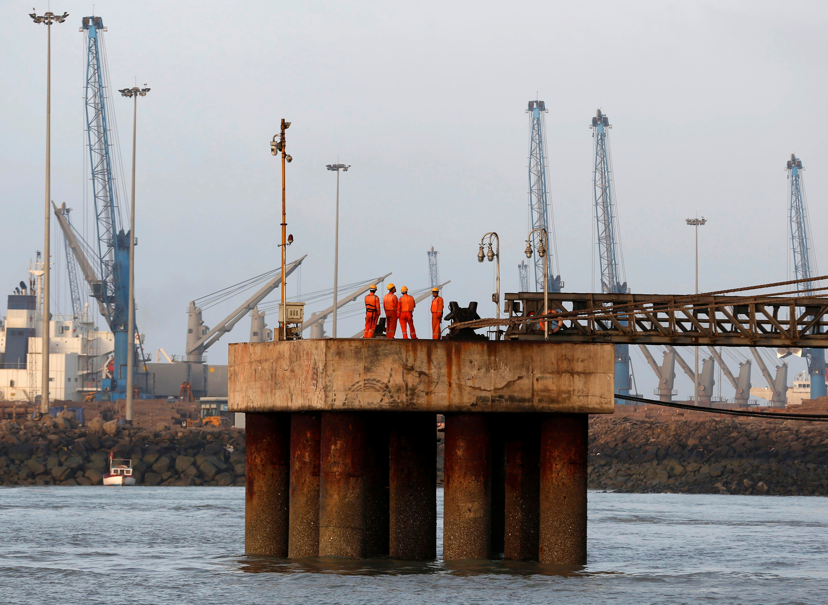 Workers wait for a cargo ship to beach at Mundra Port in the western Indian state of Gujarat April 2, 2014.    REUTERS/Amit Dave