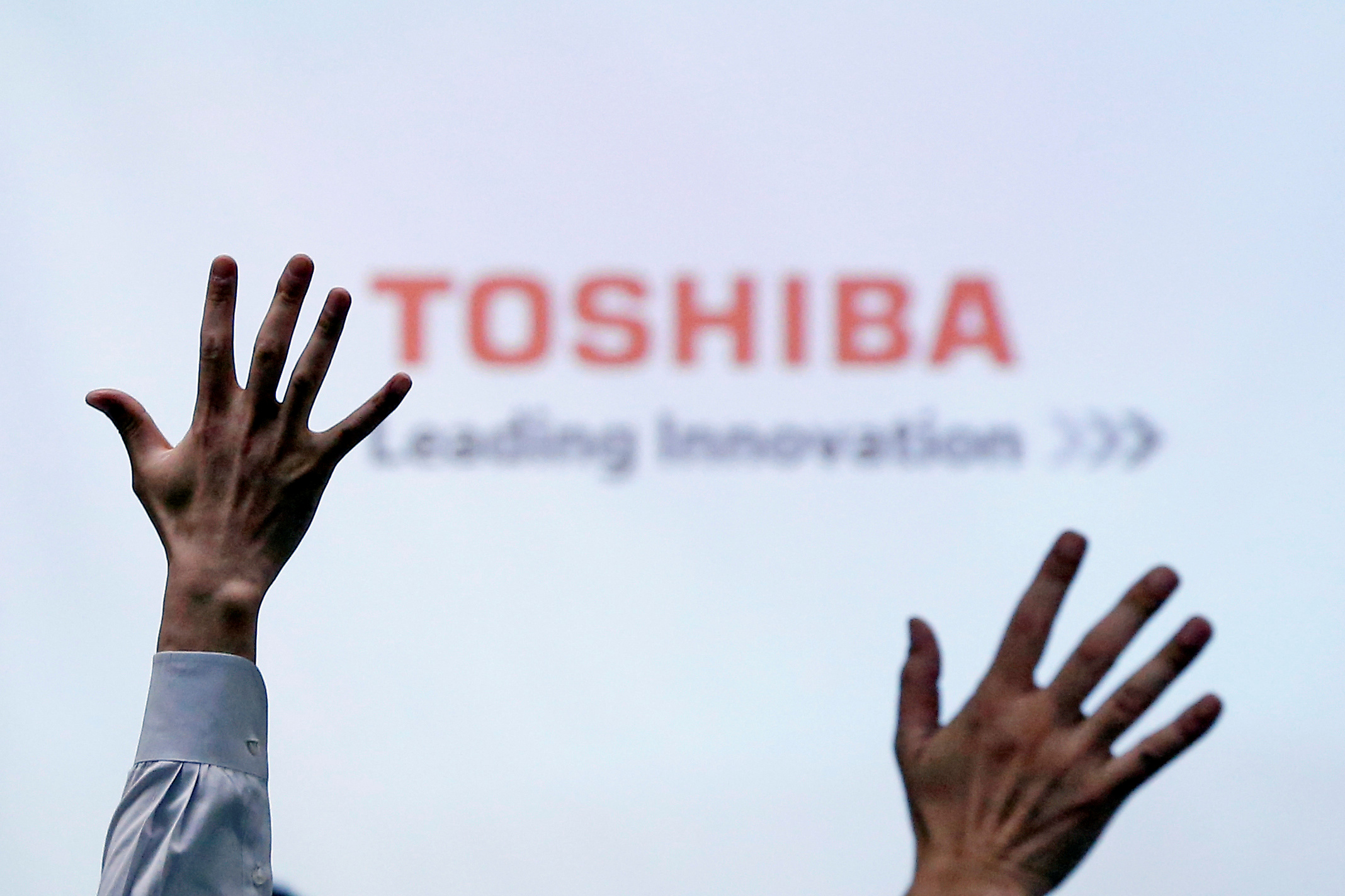 Reporters raise their hands during a Toshiba news conference at the company's headquarters in Tokyo, Japan June 23, 2017.  REUTERS/Issei Kato/File Photo