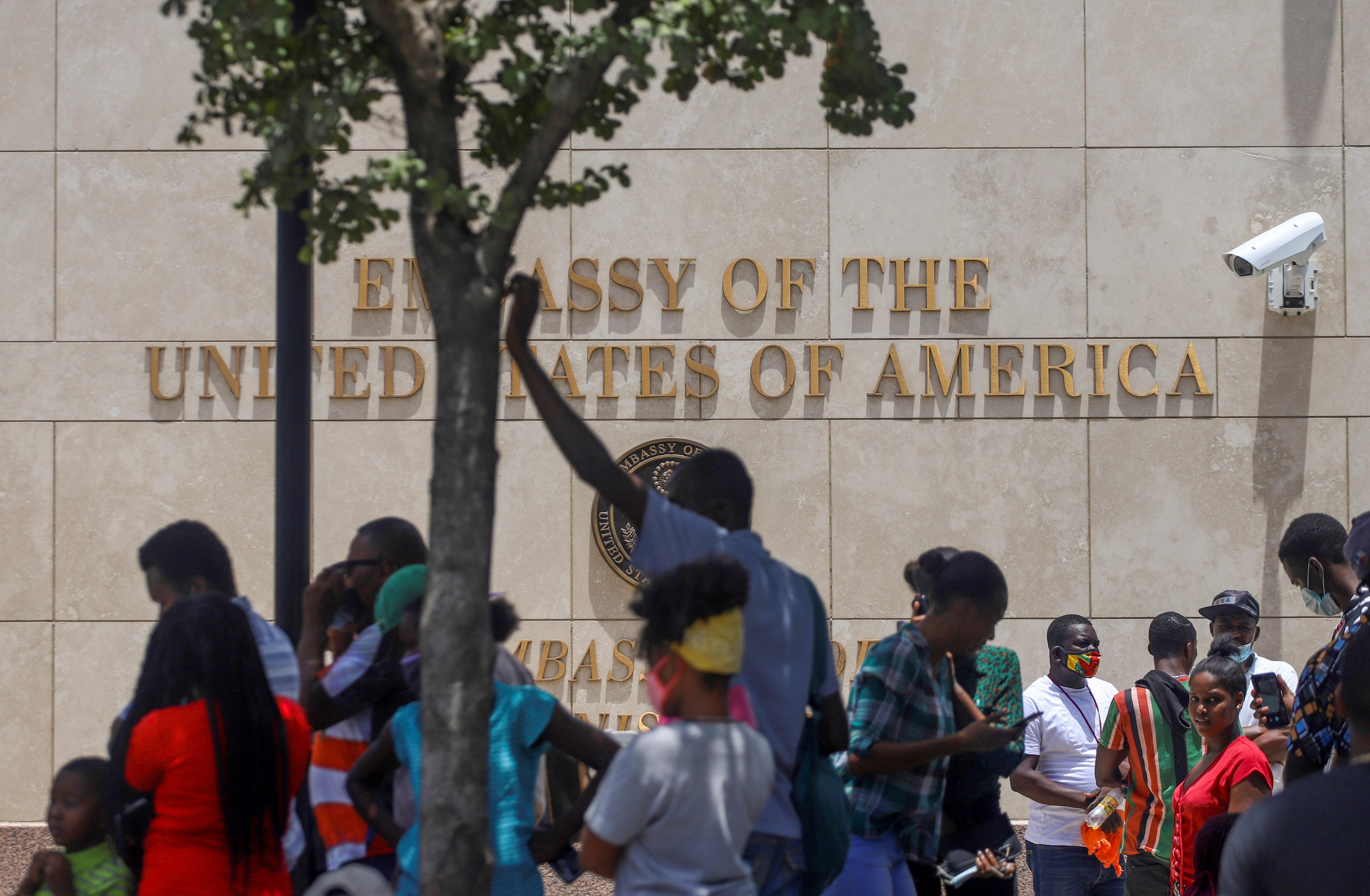 Los haitianos se reúnen frente a la embajada de los Estados Unidos después del asesinato del presidente Jovenel Moise, en Puerto Príncipe, Haití, el 9 de julio de 2021. REUTERS / Estailove St-Val