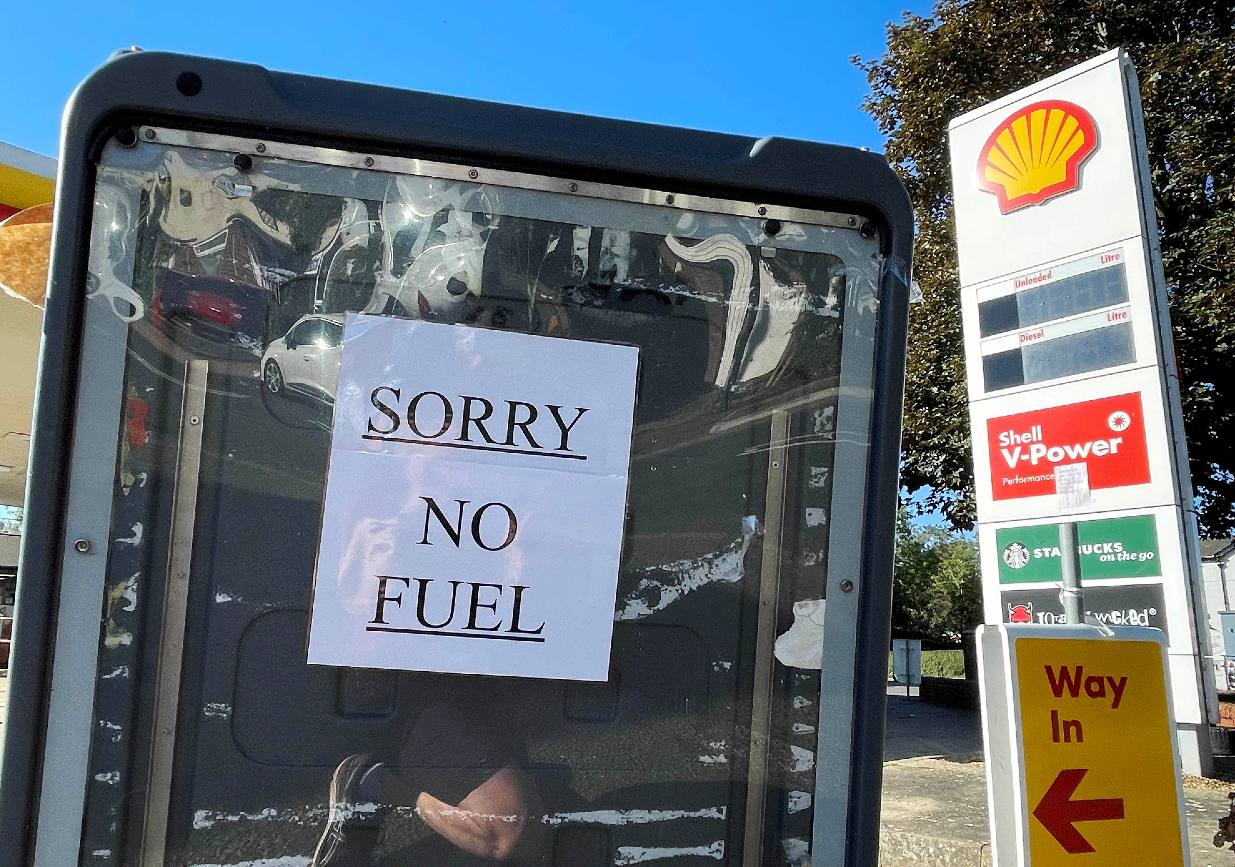 A sign informs customers that fuel has run out at a petrol station in Hemel Hempstead, Britain, September 29, 2021. REUTERS/Matthew Childs/File Photo