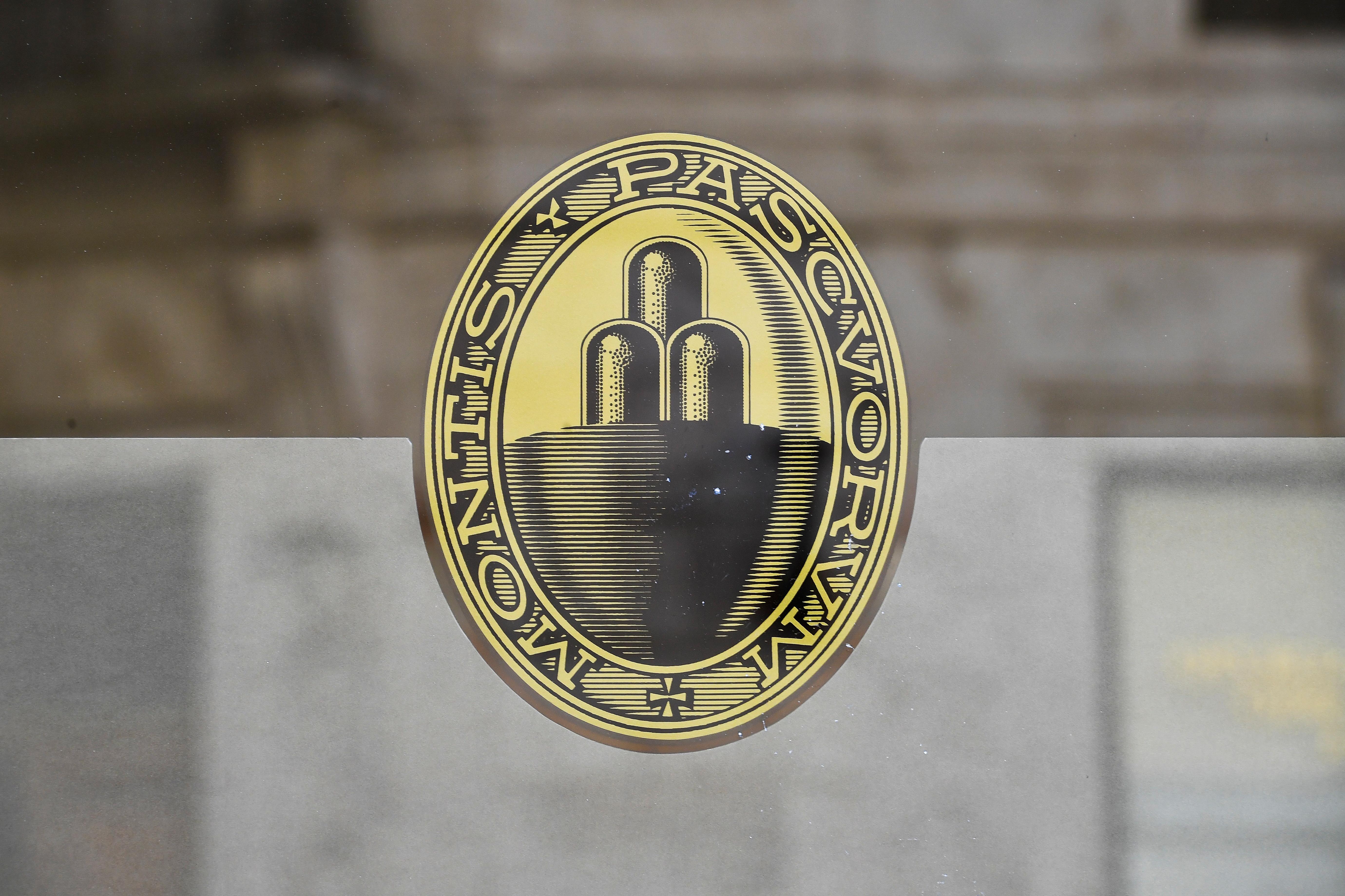 Άποψη του λογότυπου της Monte dei Paschi di Siena (MPS), της παλαιότερης τράπεζας στον κόσμο, η οποία αντιμετωπίζει μαζικές απολύσεις στο πλαίσιο μιας προγραμματισμένης εταιρικής συγχώνευσης, στη Σιένα της Ιταλίας, 11 Αυγούστου 2021. Η φωτογραφία ελήφθη στις 11 Αυγούστου 2021. REUTERS / Jennifer Lorenzini