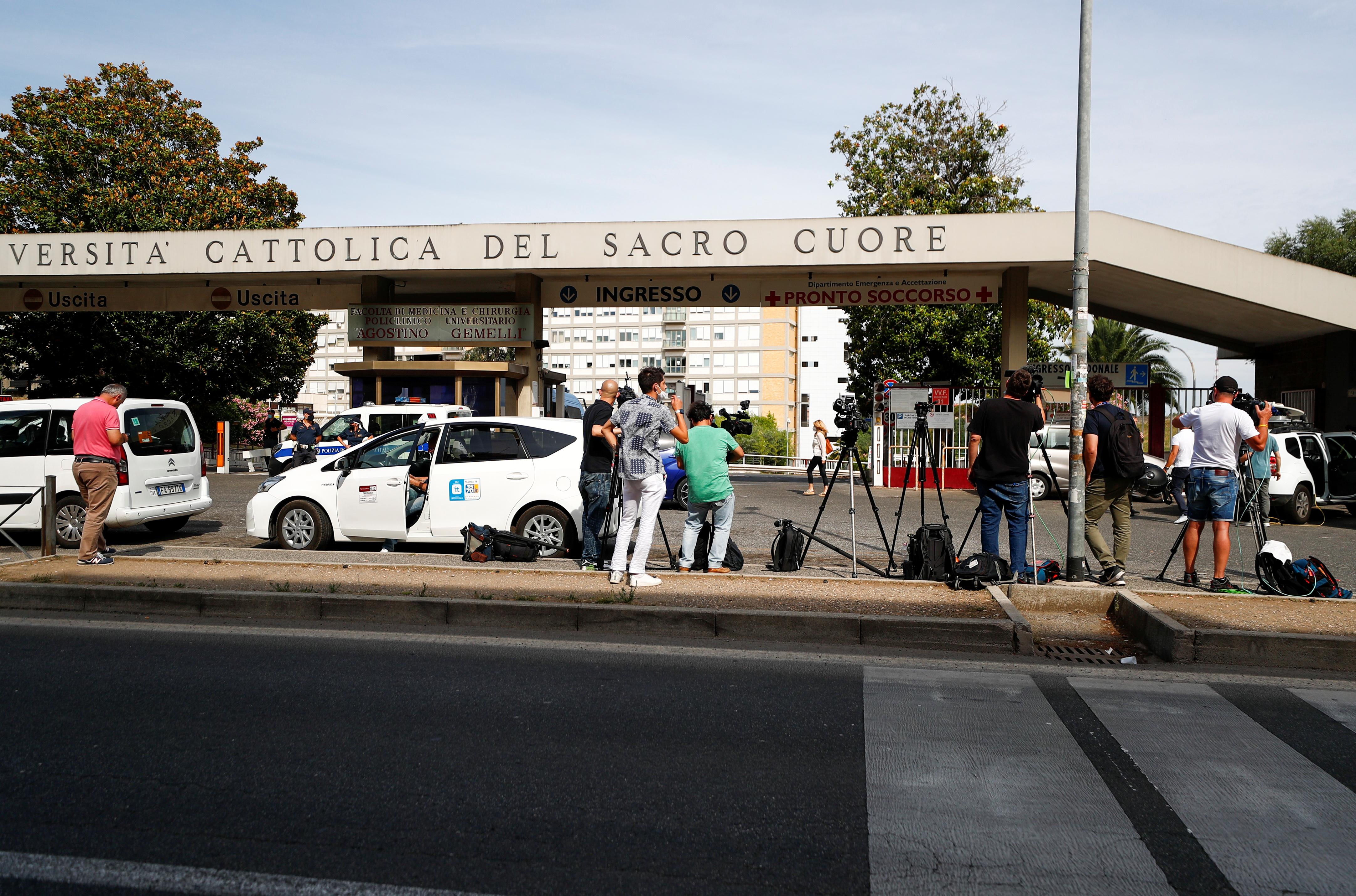 Լրատվամիջոցների անդամները հավաքվում են emեմելիի հիվանդանոցի մոտ, որտեղ Հռոմի պապ Ֆրանցիսկոսը ընդունվել է Հռոմում, 4 թ. Հուլիսի 2021-ին, իր աղիքային աղիքի «պլանային վիրահատության» համար: REUTERS / Guglielmo Mangiapane