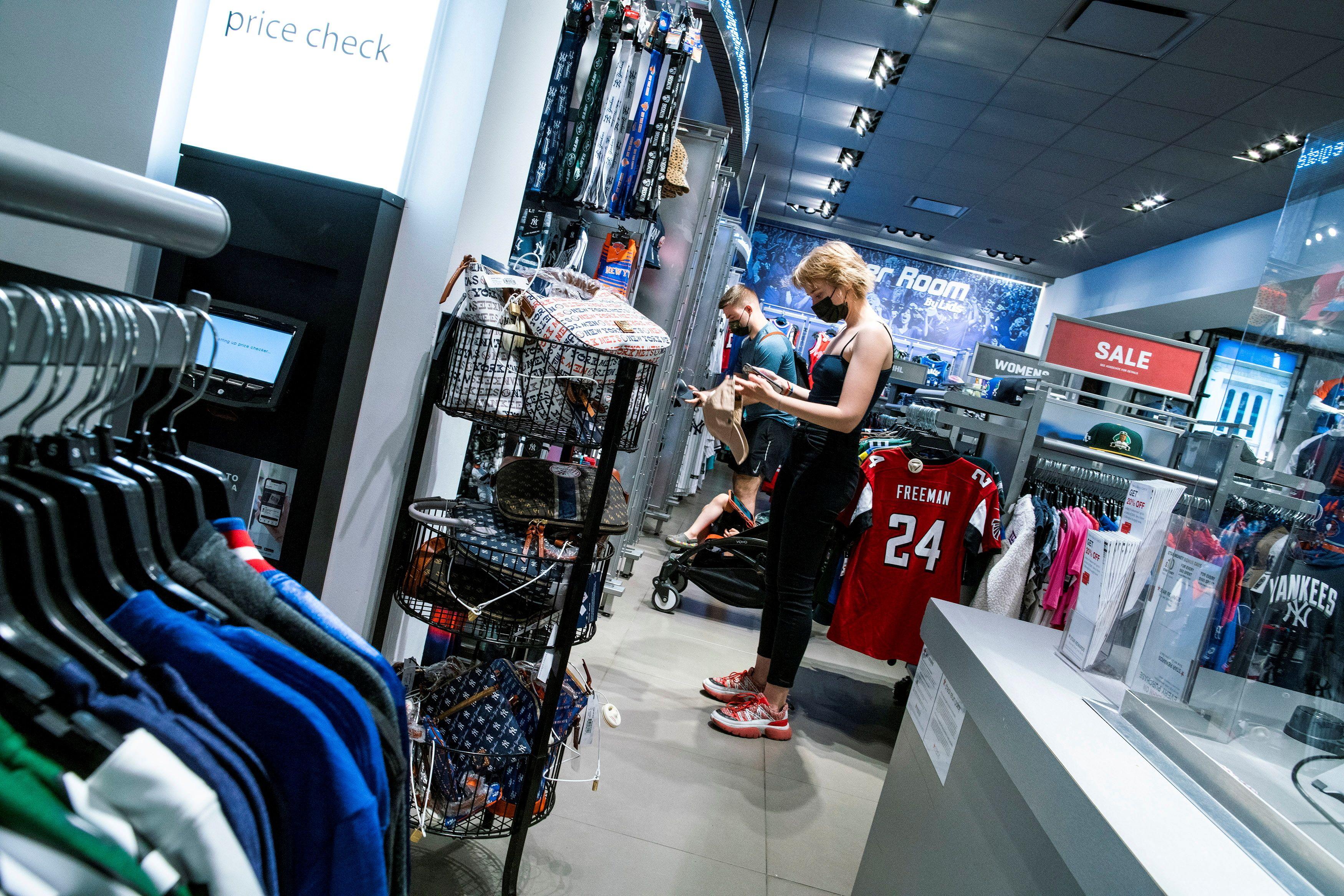 Shoppers visit Macy's flagship store in New York City, New York, U.S., May 20, 2021. REUTERS/Eduardo Munoz/File Photo