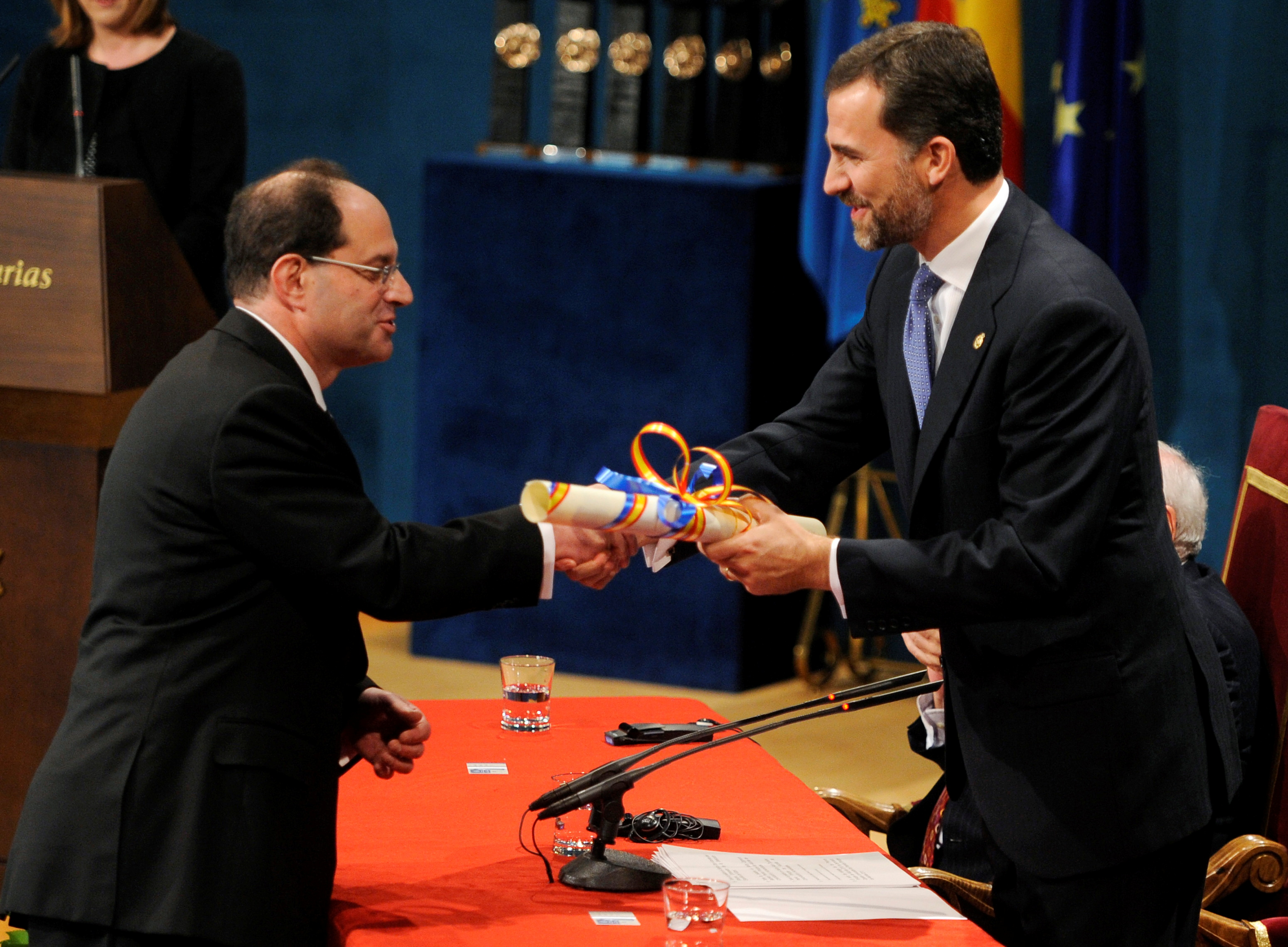 U.S. biochemist David Julius (L) receives the 2010 Prince of Asturias Award for Technical and Scientific Research from Spain's Crown Prince Felipe during a ceremony at Campoamor theatre in Oviedo, northern Spain, October 22, 2010. REUTERS/Felix Ordonez