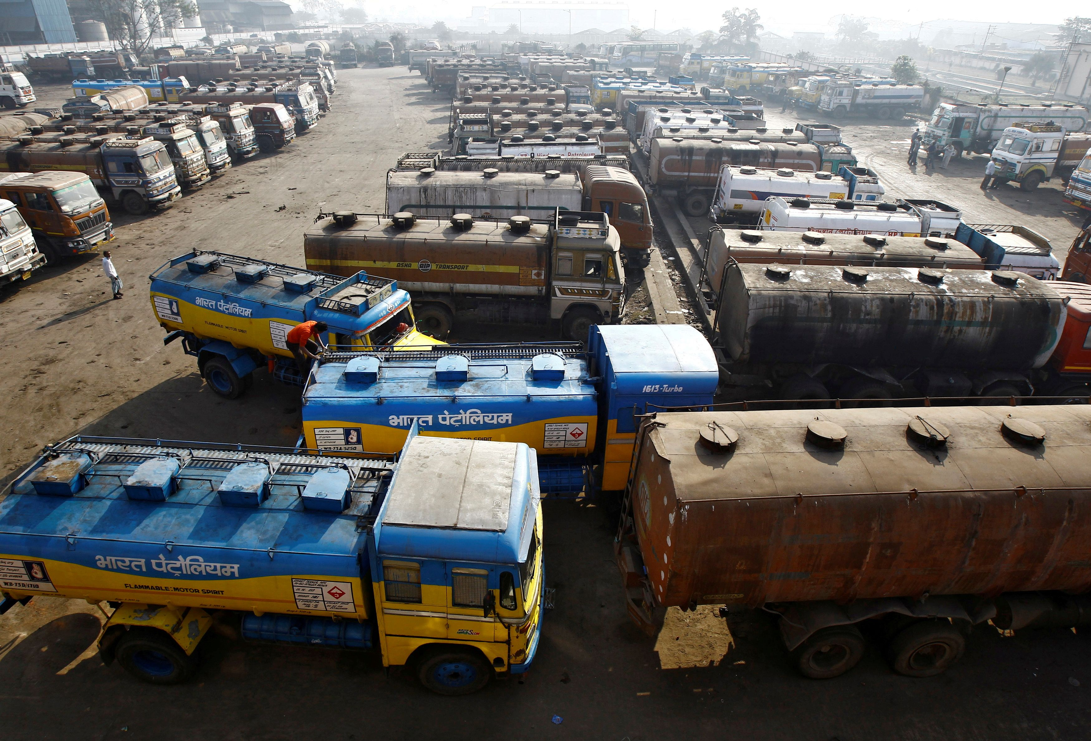 Oil tankers are seen parked at a yard outside a fuel depot on the outskirts of Kolkata February 3, 2015.   REUTERS/Rupak De Chowdhuri/File Photo