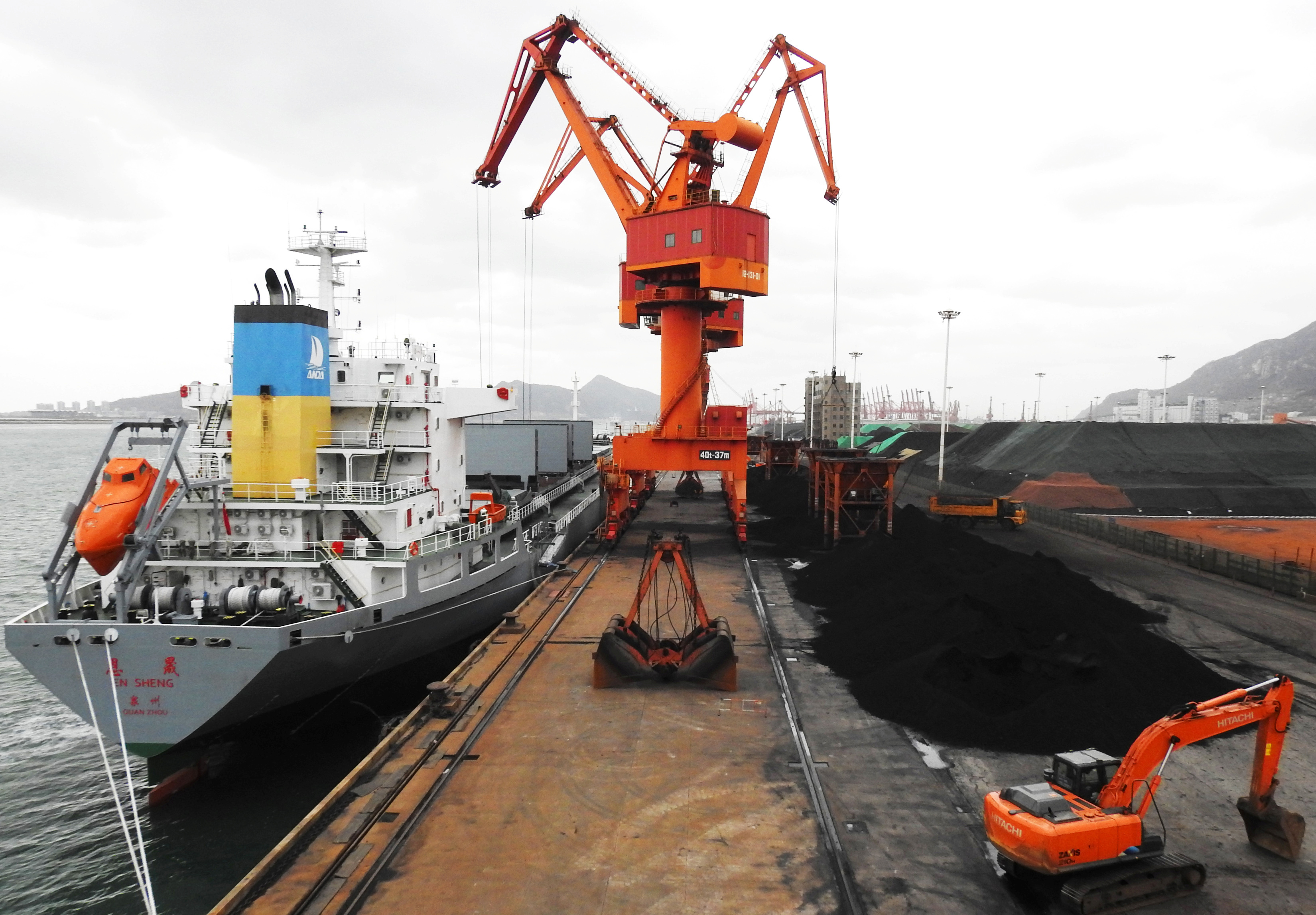 Cranes unload coal from a cargo ship at a port in Lianyungang, Jiangsu province, China December 6, 2018. REUTERS/Stringer/File Photo