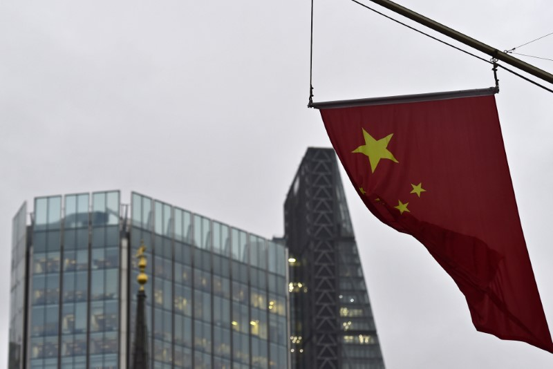 Μια κινεζική εθνική σημαία φέρει από την Τράπεζα της Κίνας στην οικονομική περιοχή της πόλης του Λονδίνου, Βρετανία στις 7 Ιανουαρίου 2016. REUTERS / Toby Melville / File Photo