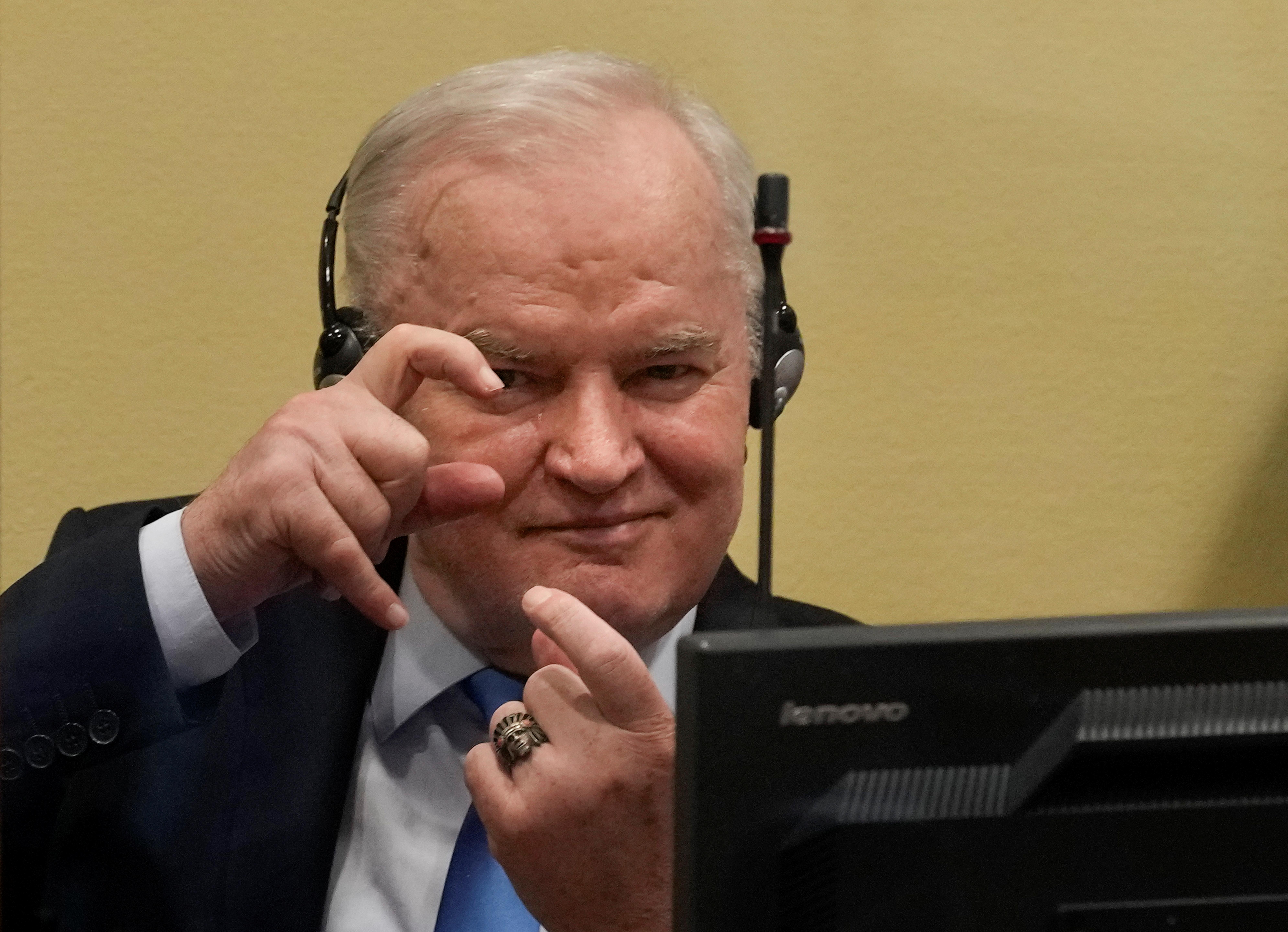 Колишній військовий керівник боснійських сербів Ратко Младич жестикулював до винесення апеляційного рішення в Міжнародному залишковому механізмі ООН для кримінальних трибуналів (IRMCT) в Гаазі, Нідерланди, 8 червня 2021 року. Пітер Деджонг / Пул через REUTERS