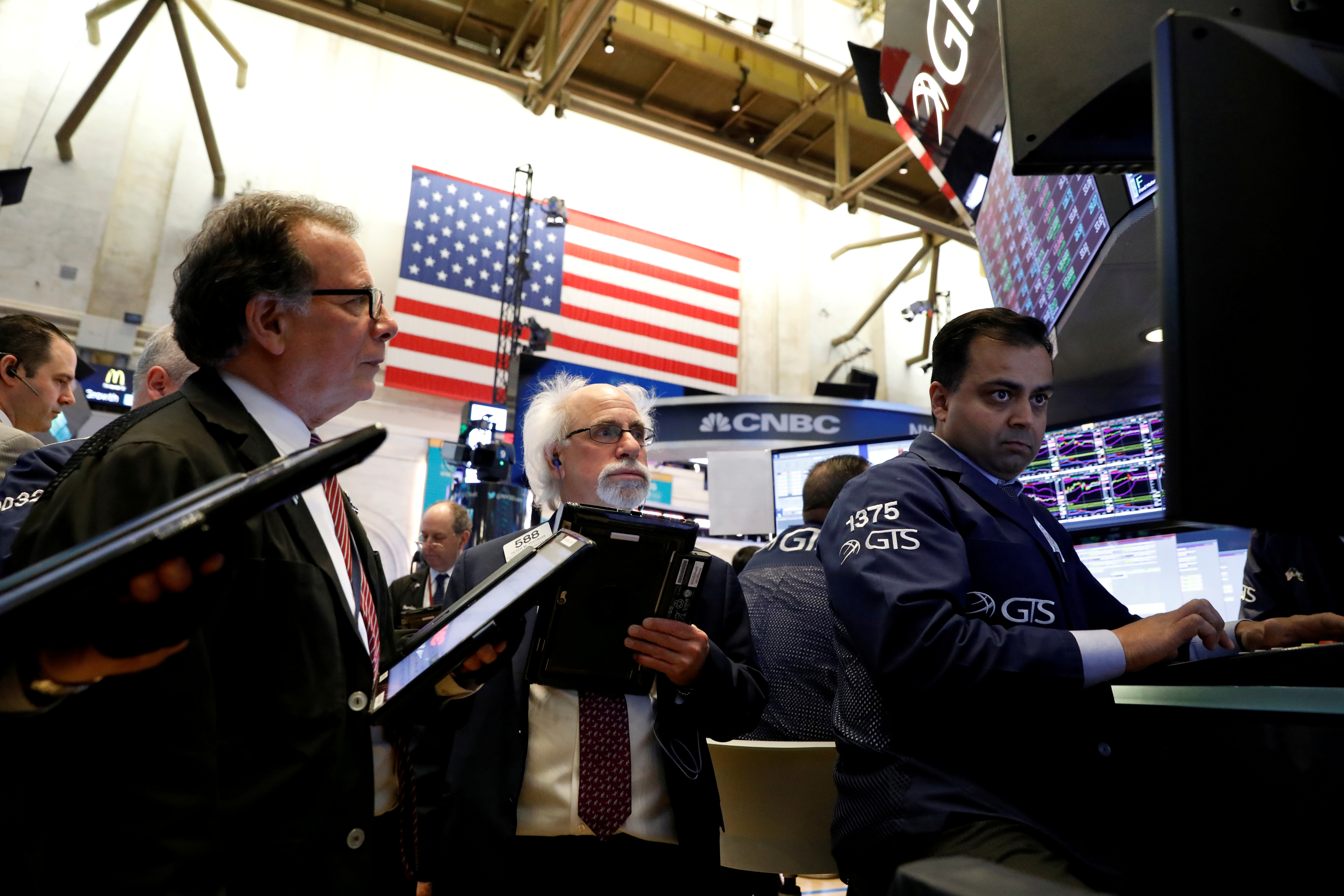 Traders work on the floor of the New York Stock Exchange, (NYSE) in New York, NY, U.S., April 30, 2018.  REUTERS/Brendan Mcdermid/Files