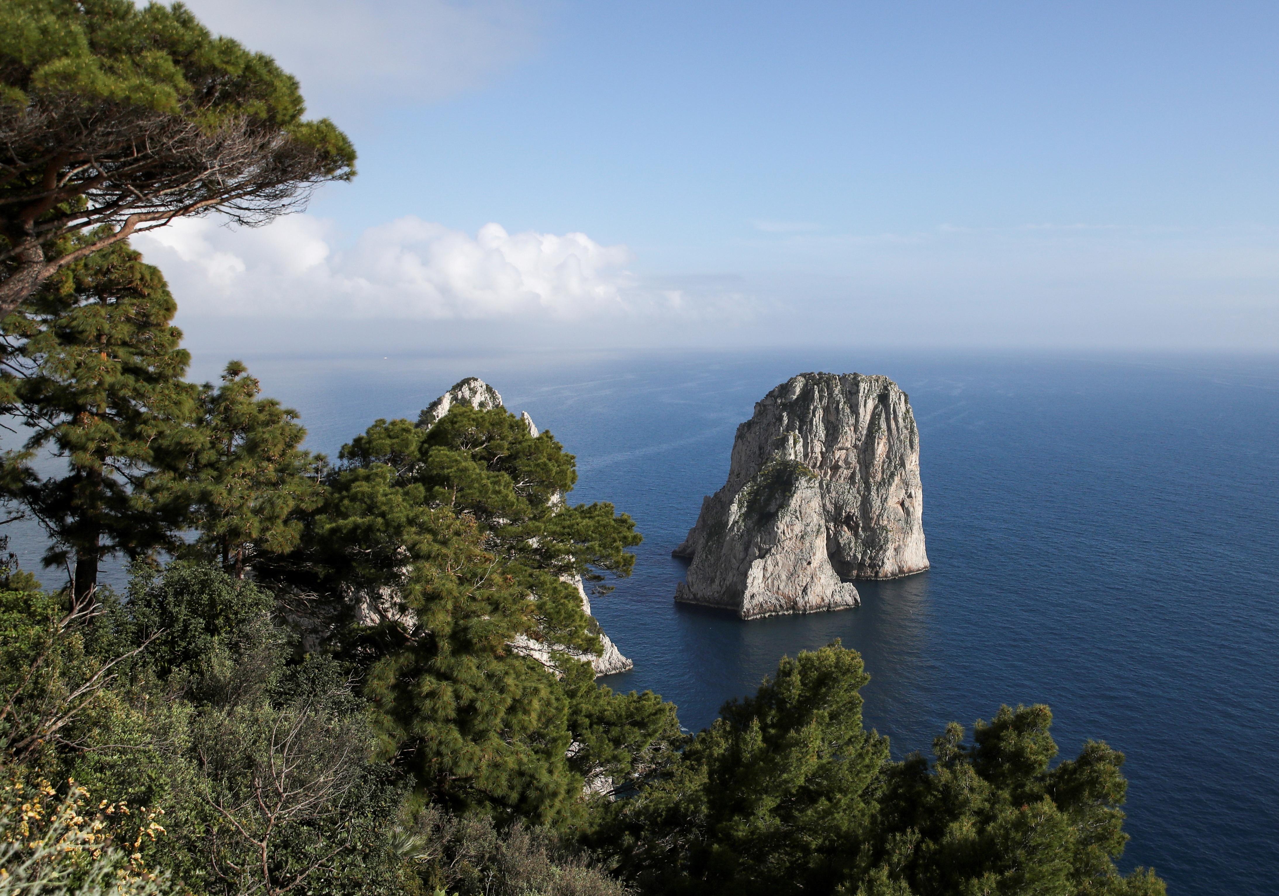 Një pamje e shkëmbinjve gjigantë Faraglioni në brigjet e Caprit, ku shtrati i detit përreth është shkatërruar nga peshkimi ilegal i butakëve të vlefshëm të njohur si midhje hurme, në Capri, Itali, 28 Prill 2021. REUTERS/Yara Nardi/Foto Foto