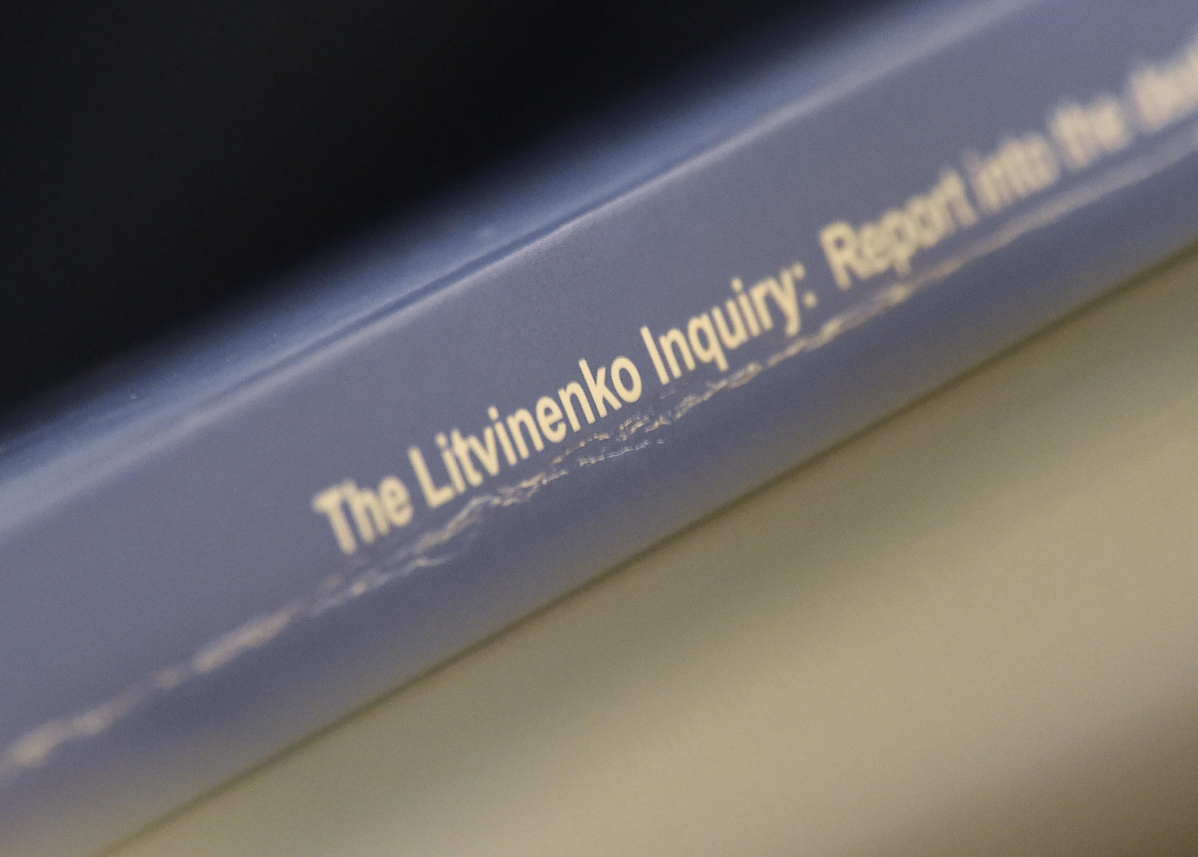 Salinan Laporan Penyelidikan Litvinenko terlihat selama konferensi pers di London, Inggris, 21 Januari 2016. REUTERS/Toby Melville/Files