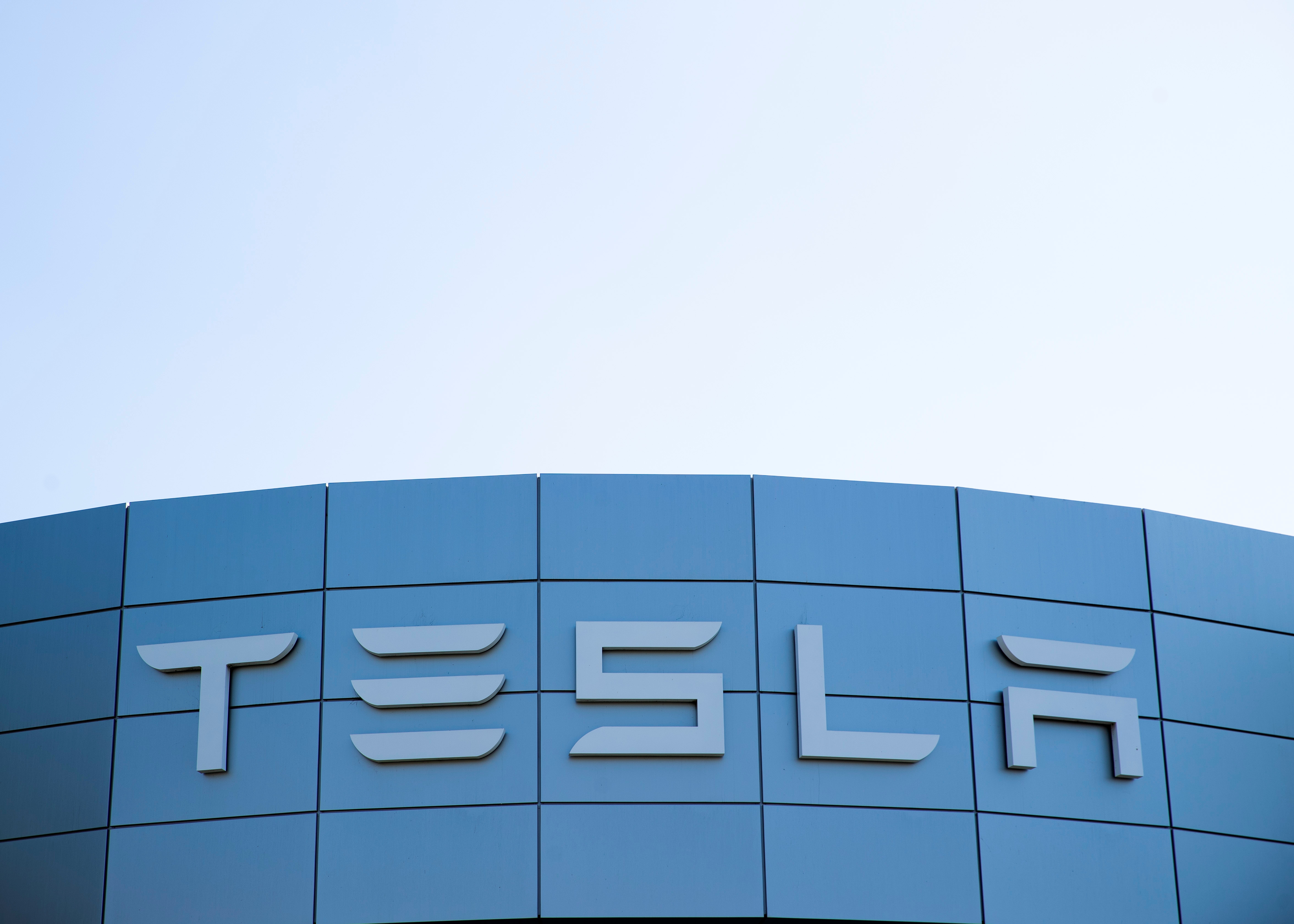A Tesla service center is shown in Costa Mesa, California, U.S., October 20, 2020.   REUTERS/Mike Blake