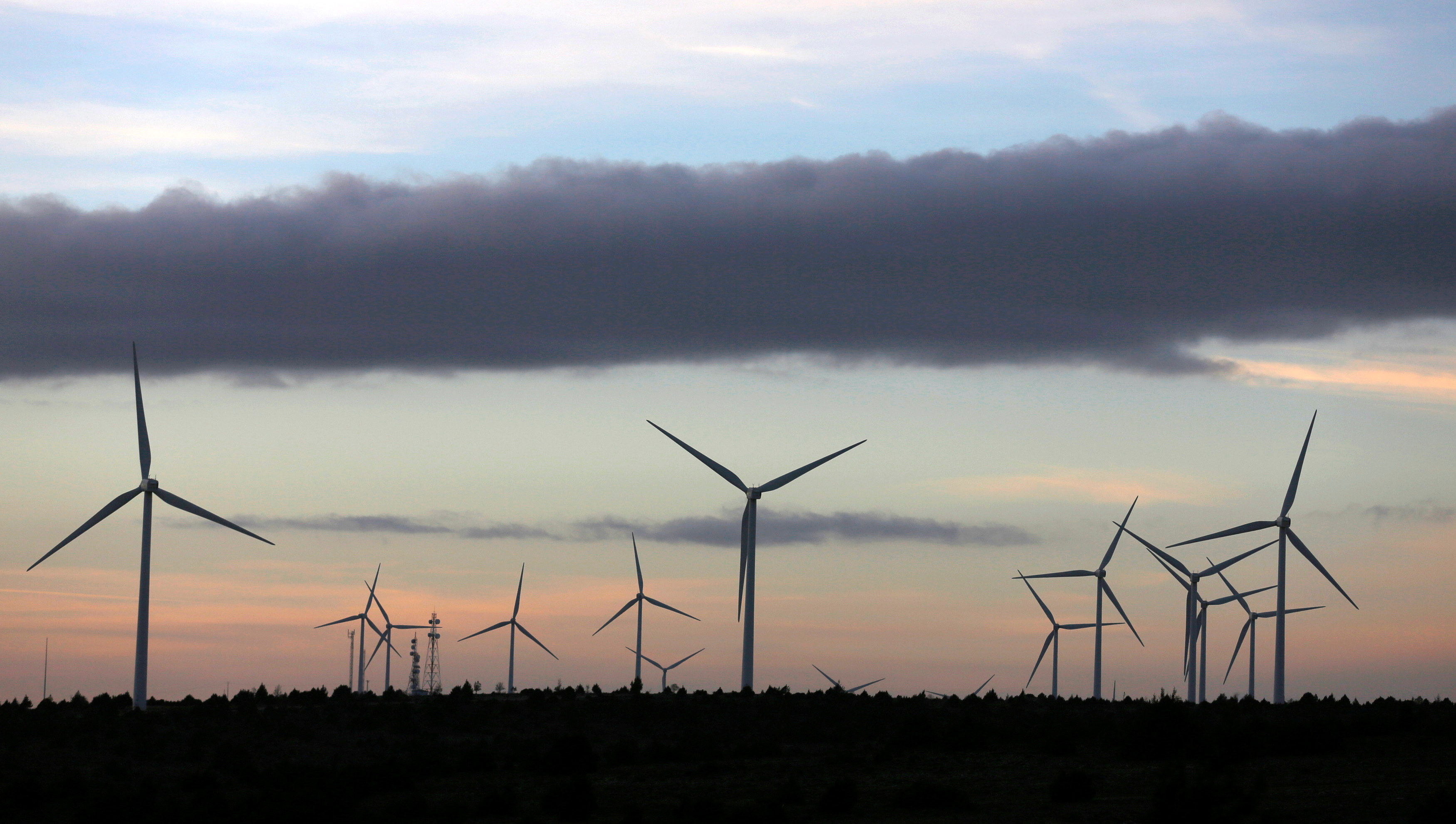 Iberdrola's power generating wind turbines are seen at dusk at the Moranchon wind farm in central Spain, December 17, 2012. REUTERS/Sergio Perez