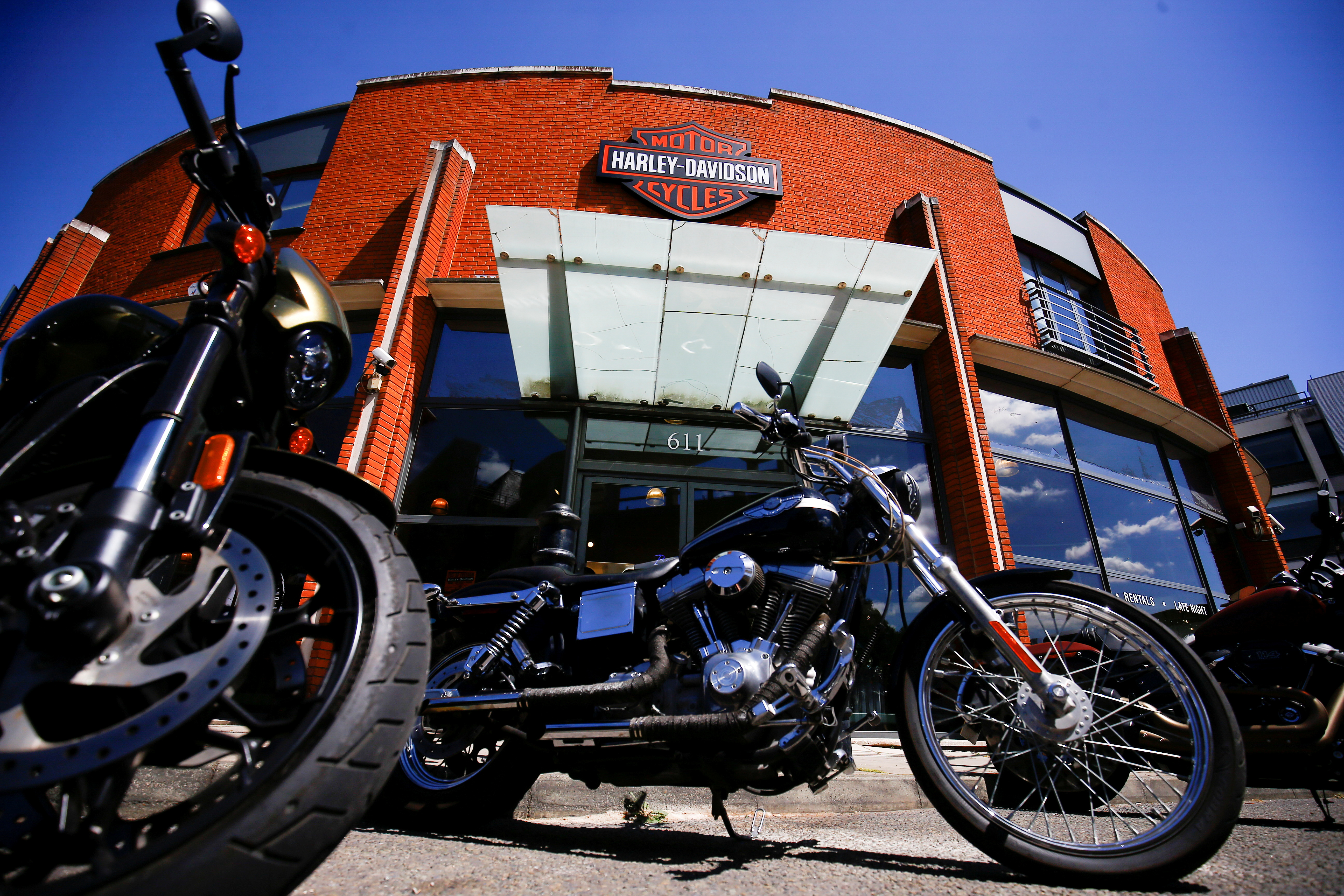 Harley Davidson motorcycles are displayed for sale at a showroom in London, Britain, June 22 2018. REUTERS/Henry Nicholls/File Photo