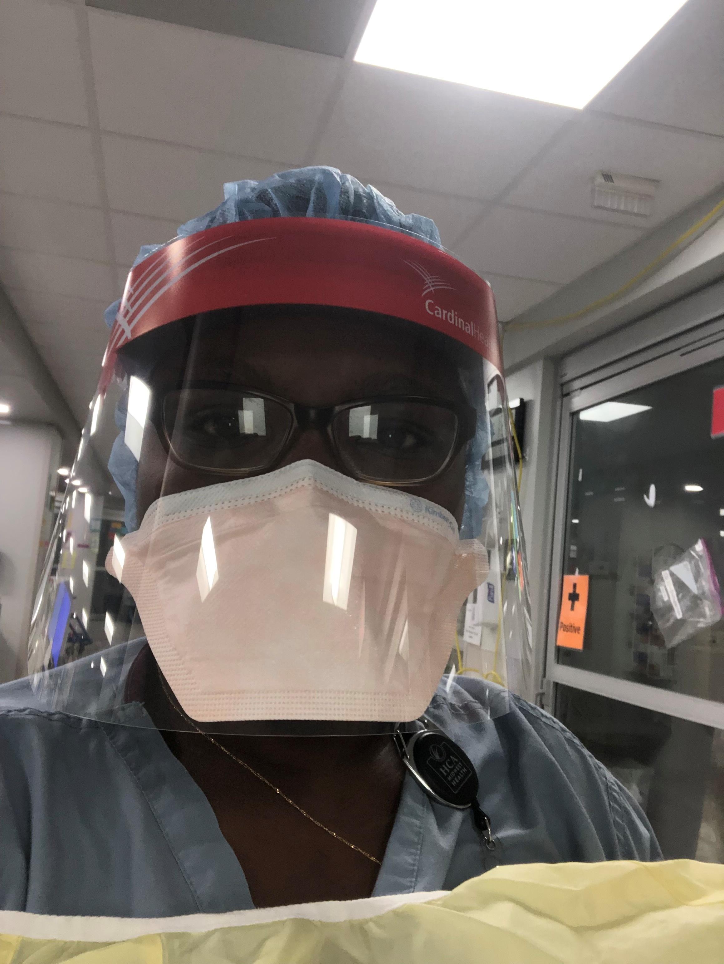 Медицинска сестра која је регистрована на интензивној нези Пасцалине Мухиндура носи ОЗО док ради у Истраживачком медицинском центру усред пандемије коронавируса (ЦОВИД-19) у Кансас Цитију, Миссоури, САД, на овој фотографији без датума. Пасцалине Мухиндура/Хандоут виа РЕУТЕРС