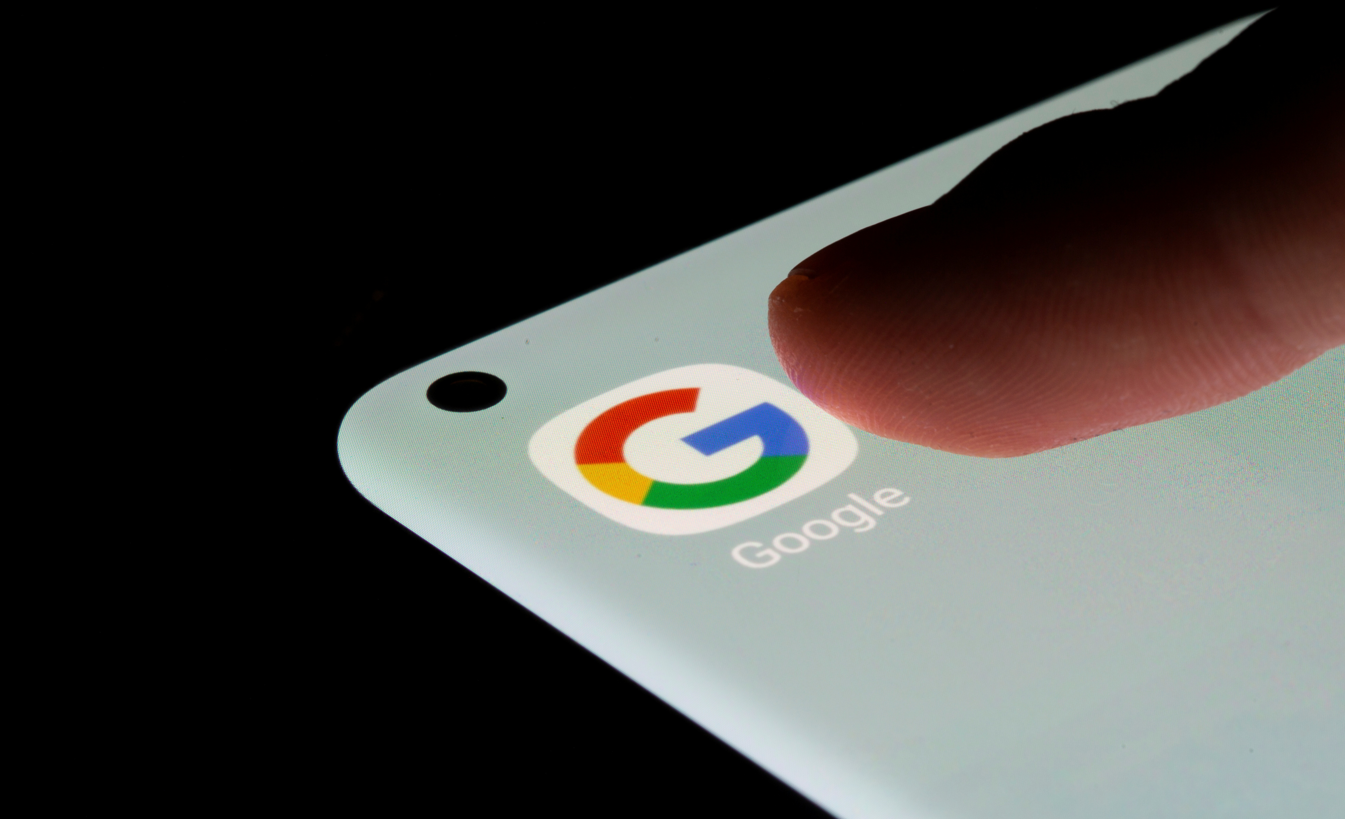 Na sliki je 13. julija 2021 prikazana aplikacija Google na pametnem telefonu. REUTERS/Dado Ruvic/Ilustracija