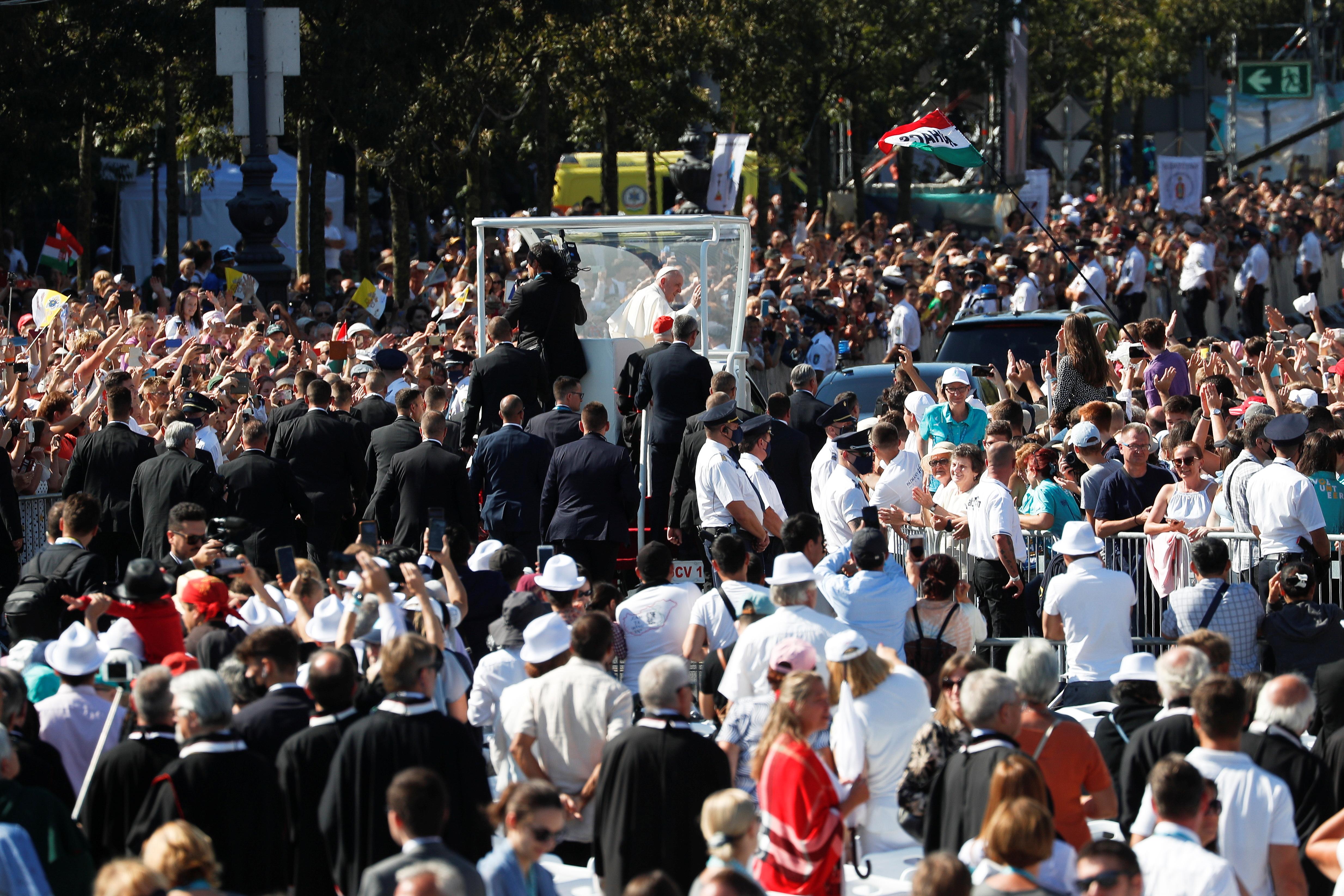 Ο Πάπας Φραγκίσκος χαιρετά τον κόσμο καθώς φτάνει στην Πλατεία Ηρώων στη Βουδαπέστη, Ουγγαρία, 12 Σεπτεμβρίου 2021. REUTERS/Remo Casilli