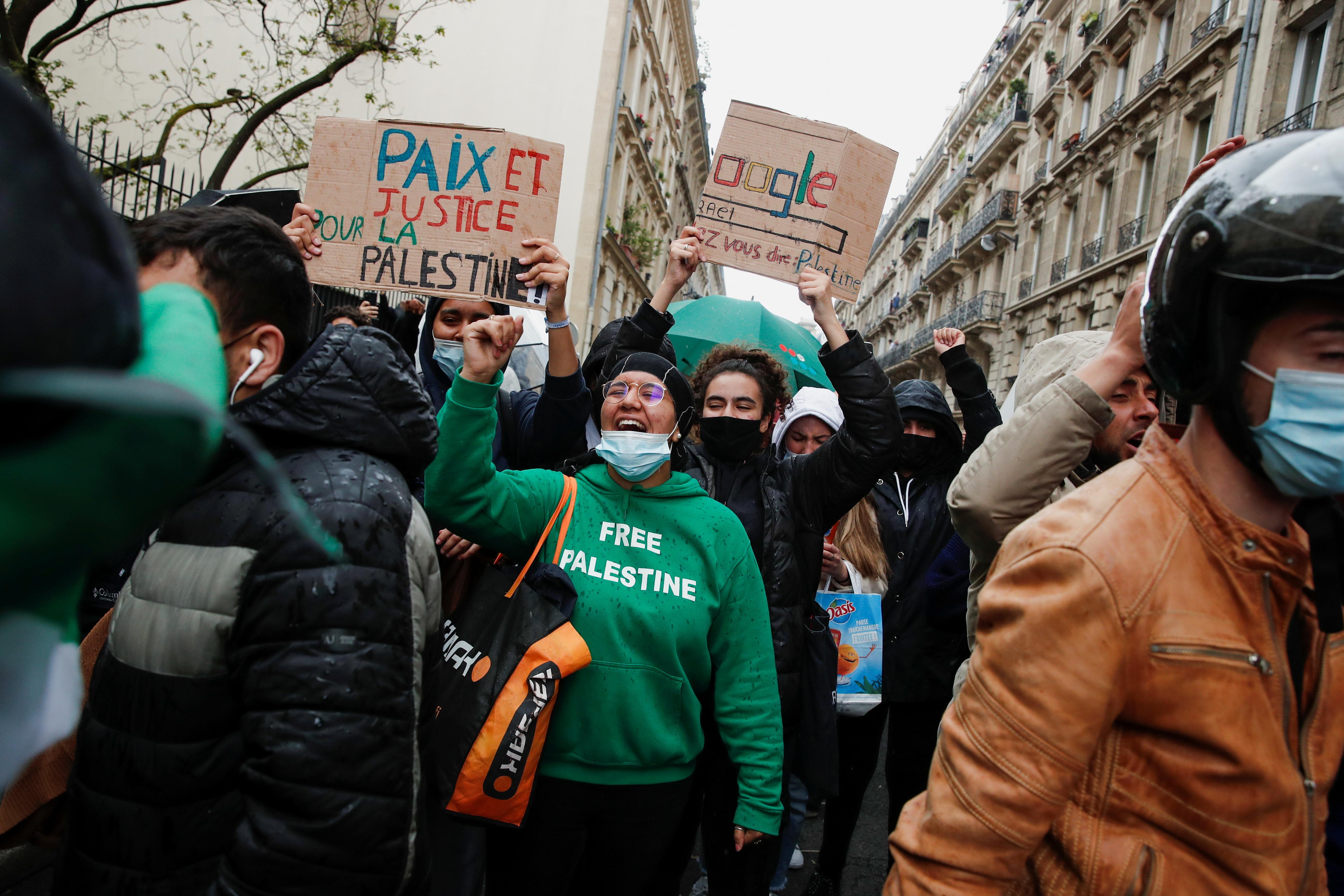 15 წლის 2021 მაისს, პარიზში, საფრანგეთში, პარიზში, ისრაელ-პალესტინელთა ძალადობის გამო, პალესტინალების მხარდასაჭერად გამართულ საპროტესტო აქციაზე პალესტინის მხარდამჭერ საპროტესტო აქცენტს ატარებს პიროვნება. REUTERS / Benoit Tessier