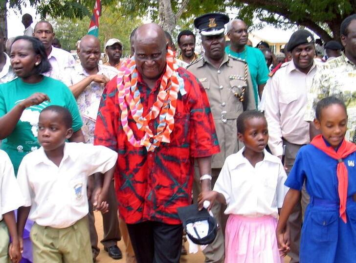 L'ancien président zambien Kenneth Kaunda (au centre) marche avec des enfants dans le village de Ganze .  REUTERS/Joseph Okanga/Photo d'archive