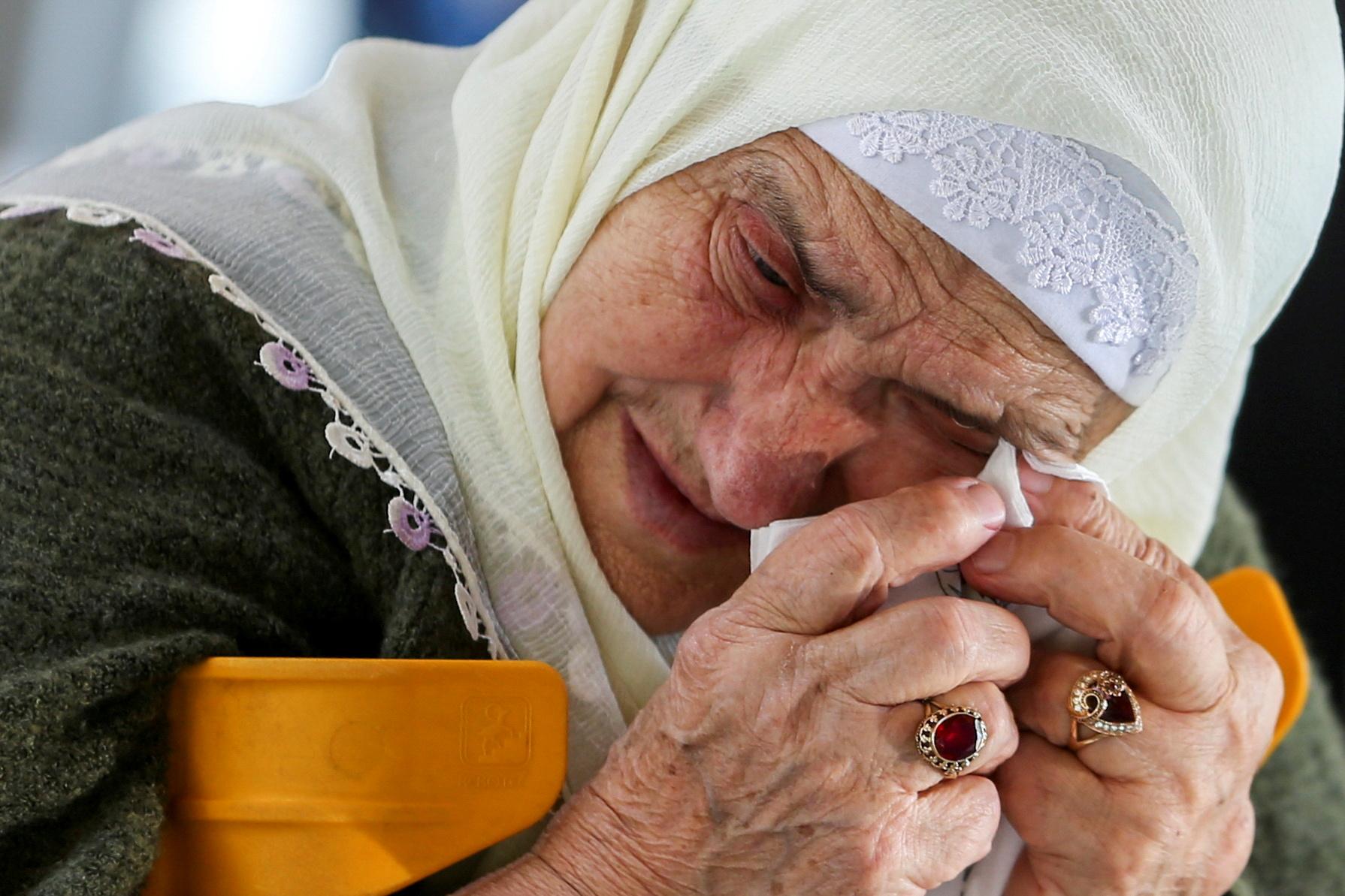 Боснійська мусульманка реагує на очікування остаточного вироку колишнього босненського сербського воєначальника Ратка Младича в Меморіальному центрі геноциду Сребрениця-Потокарі, Боснія і Герцеговина, 8 червня 2021 року. REUTERS / Дадо Рувіч