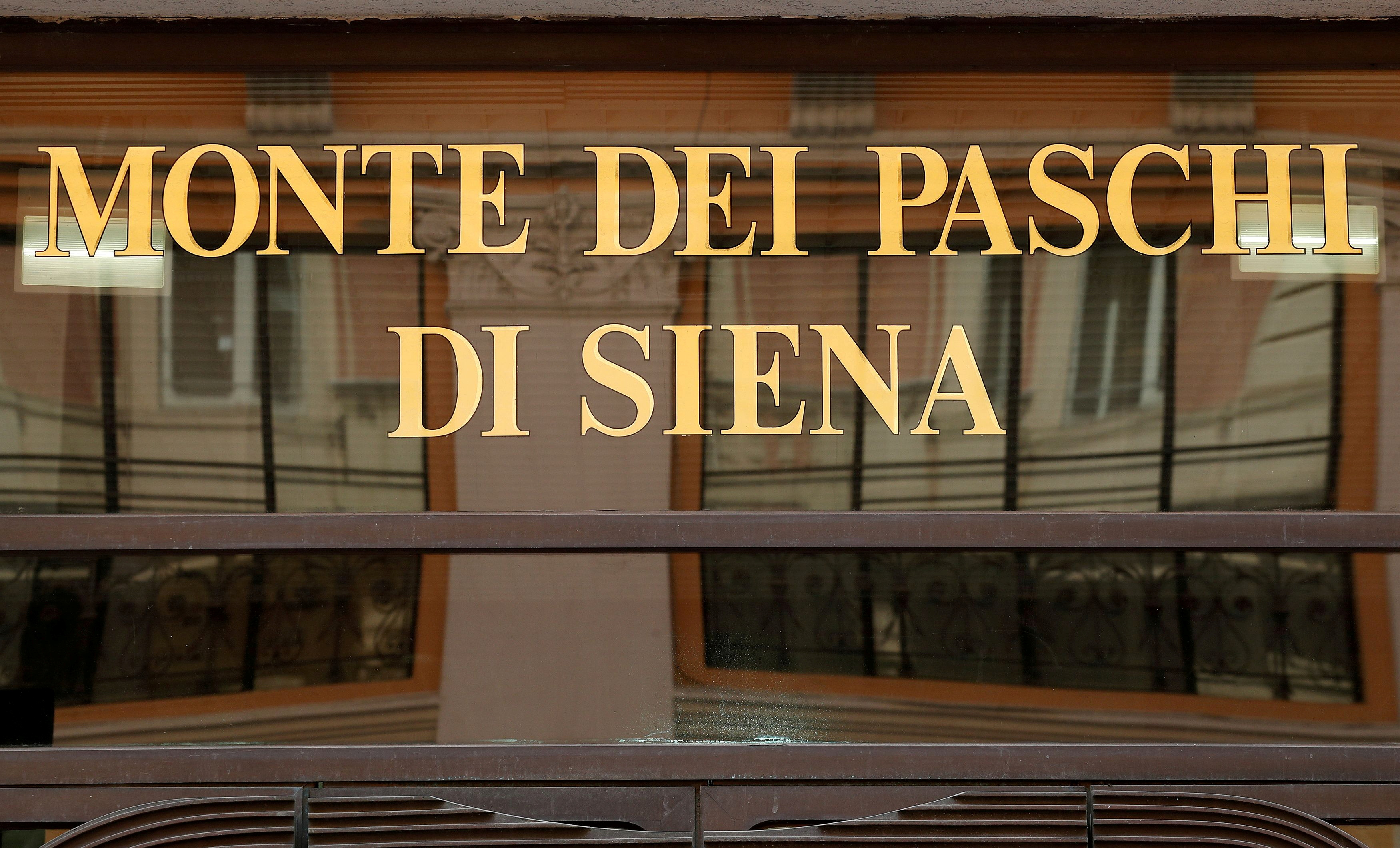 A sign of the Monte dei Paschi bank is seen in Rome, Italy September 30, 2018.  REUTERS/Alessandro Bianchi/File Photo