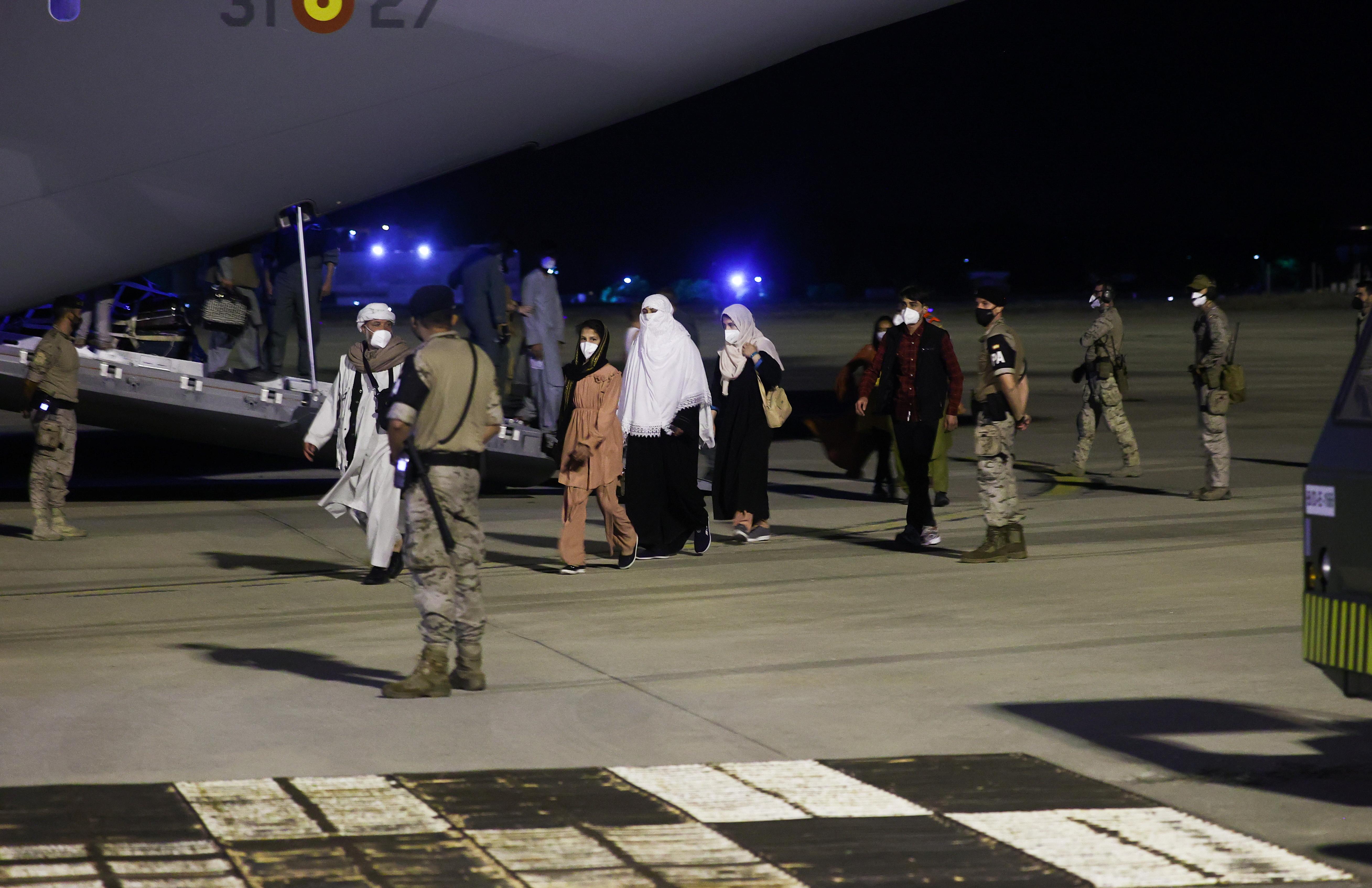 从喀布尔撤离的西班牙和阿富汗公民于 19 年 2021 月 XNUMX 日抵达马德里郊外 Torrejon de Ardoz 的 Torrejon 空军基地。REUTERS/Juan Medina
