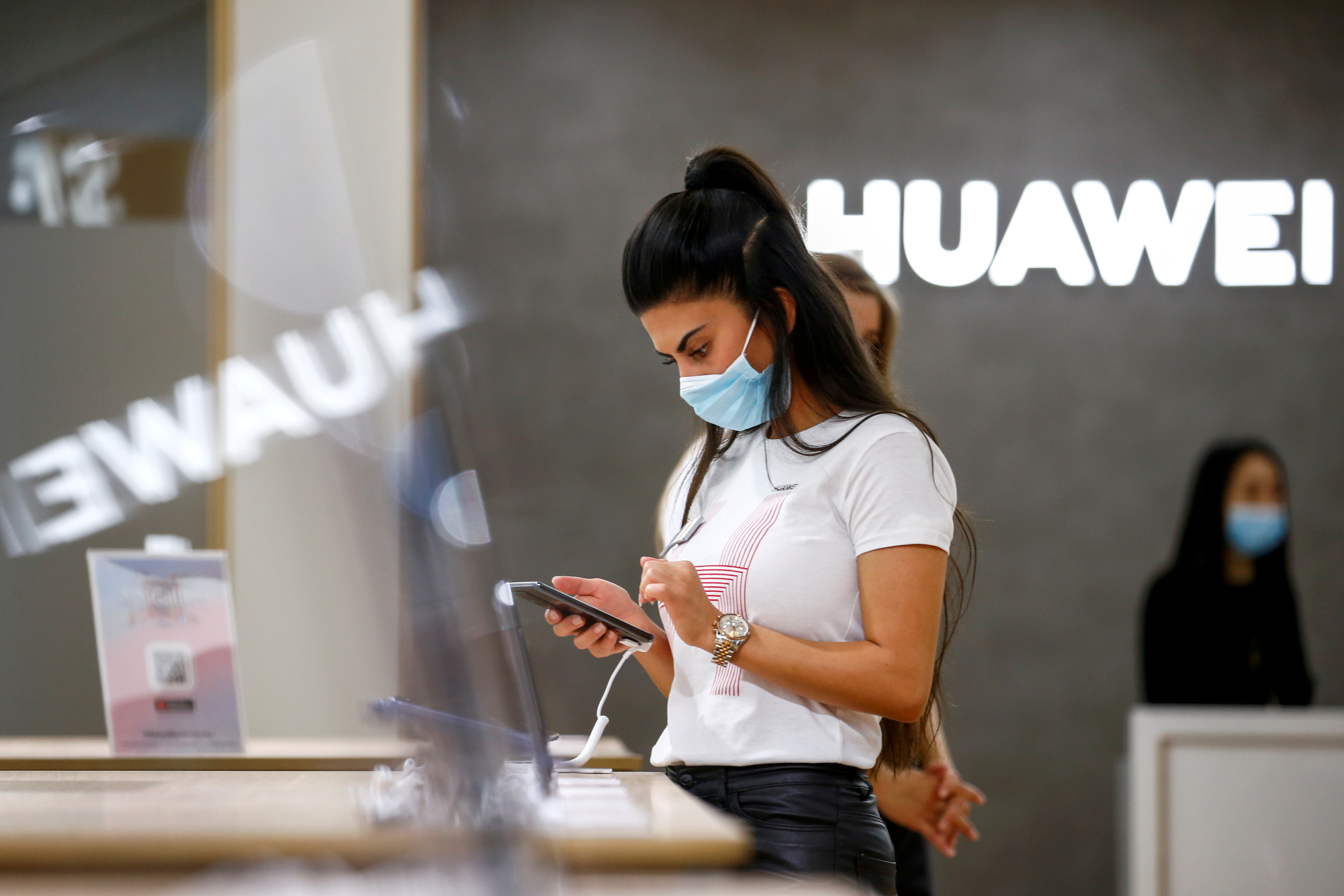An employee uses a Huawei P40 smartphone at the IFA consumer technology fair, amid the coronavirus disease (COVID-19) outbreak, in Berlin, Germany September 3, 2020.  REUTERS/Michele Tantussi/File Photo