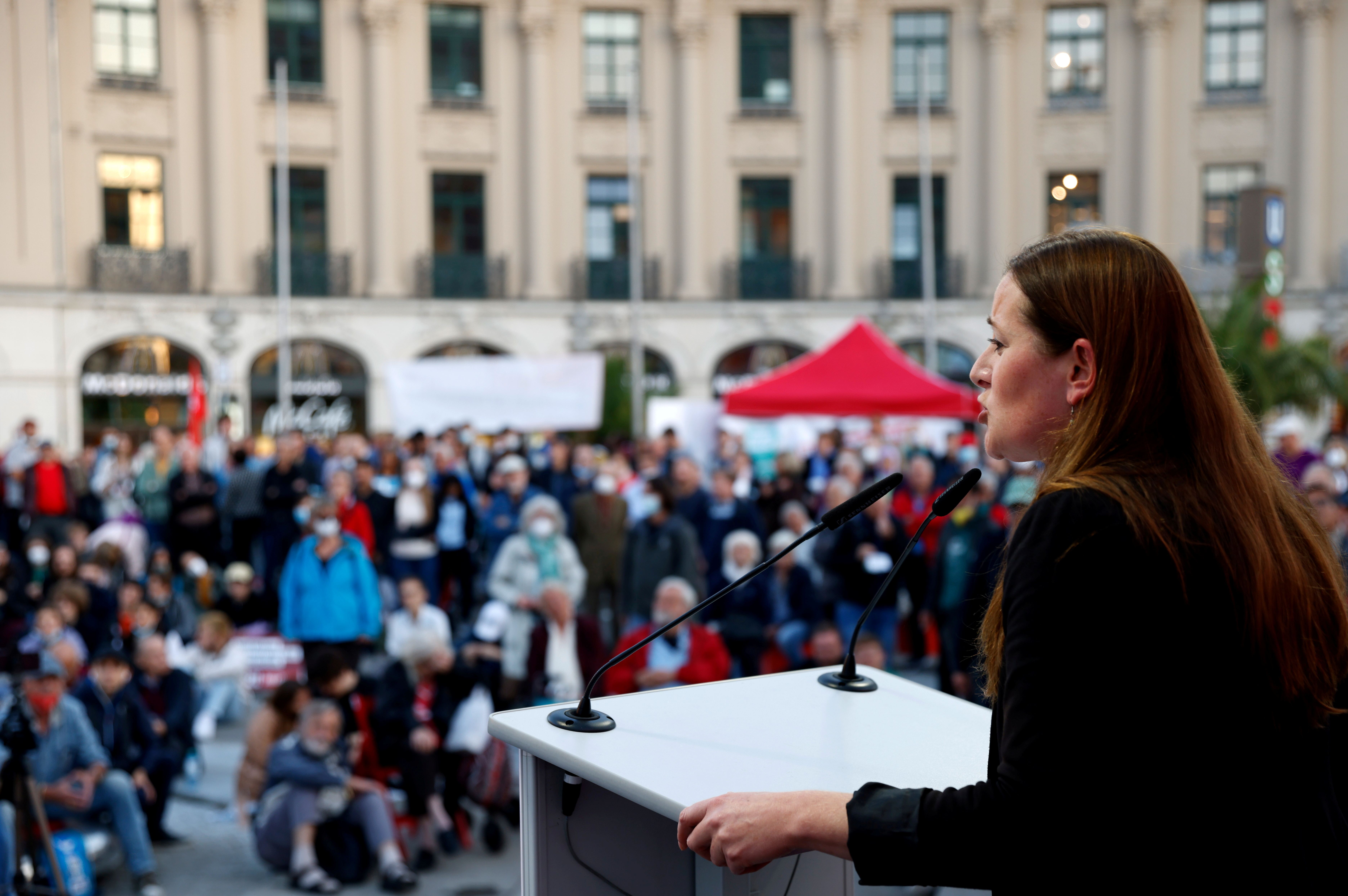 Saksan vasemmistopuolueen johtaja Die Linke Janine Wissler, huippuehdokas syyskuun vaaleissa, kampanjat Münchenissä, Saksassa, 17. syyskuuta 2021. REUTERS/Michaela Rehle/File Photo
