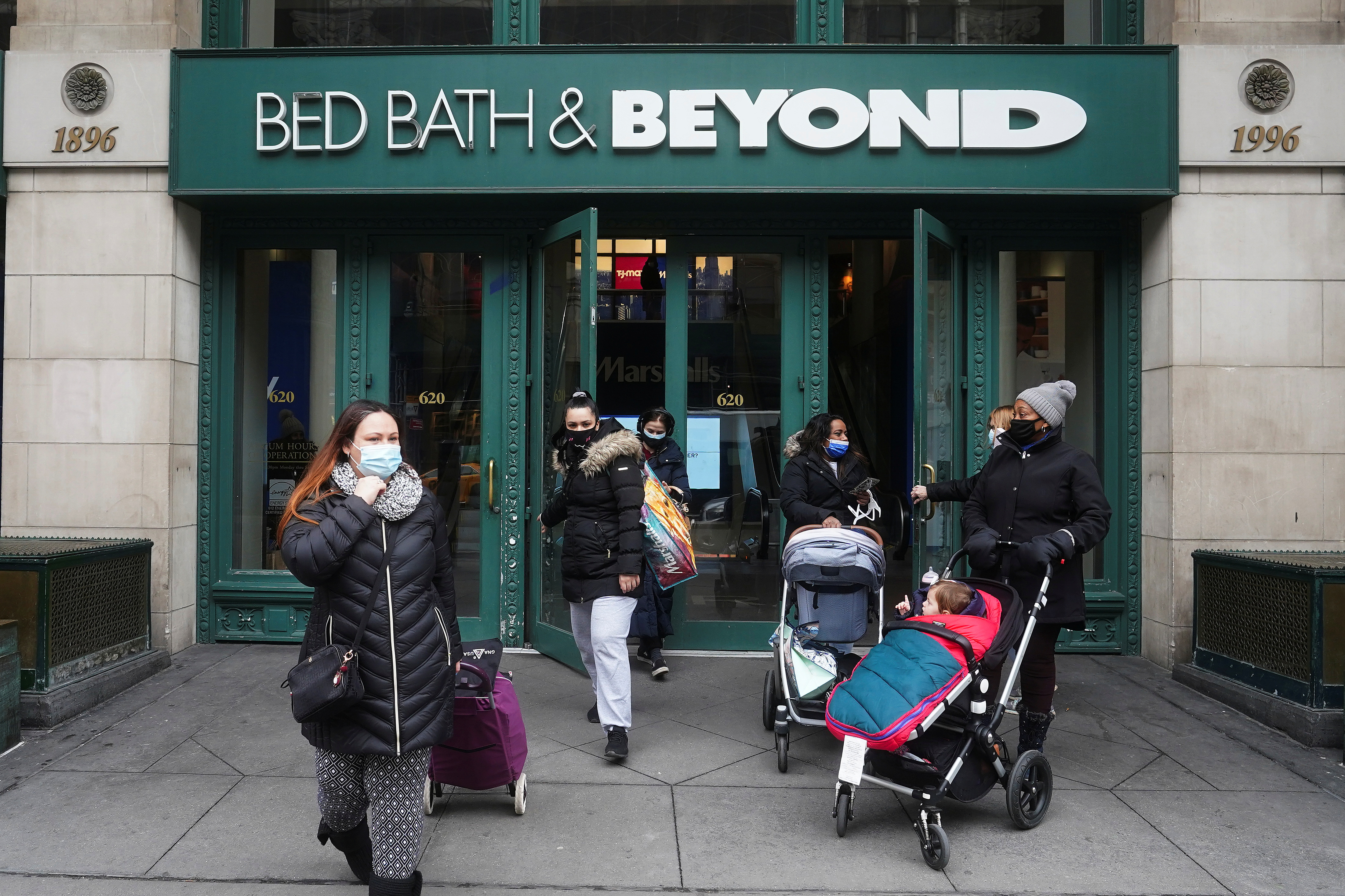 People walk out of a Bed Bath & Beyond amid the coronavirus disease (COVID-19) pandemic in the Manhattan borough of New York City, New York, U.S., January 27, 2021. REUTERS/Carlo Allegri