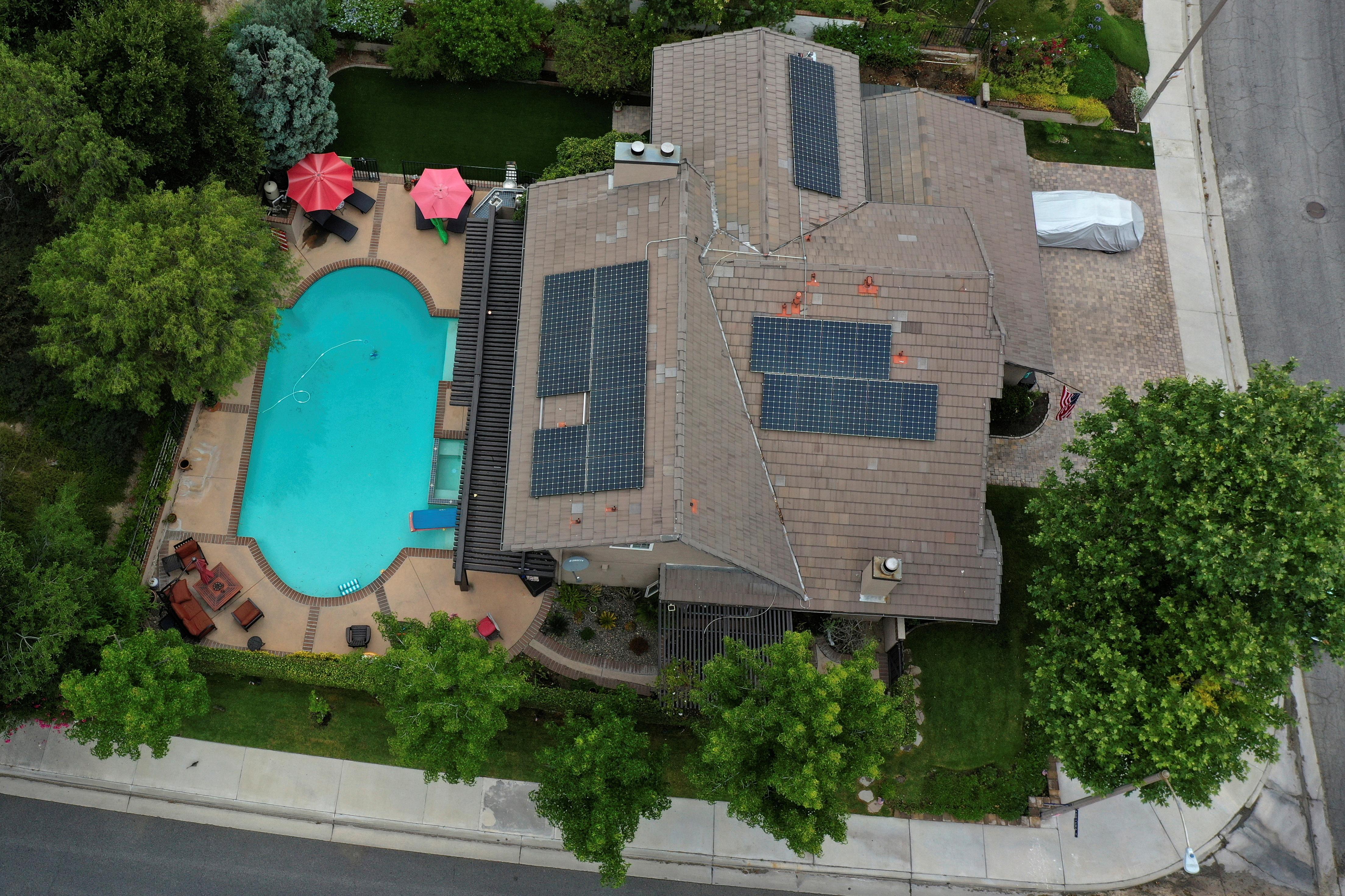 Solar panels are seen on rooftops amid the coronavirus disease (COVID-19) outbreak, in Santa Clarita, near Los Angeles, California, U.S., June 18, 2020.  REUTERS/Lucy Nicholson/File Photo