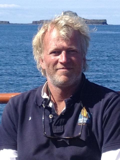 Hollandalı tekne kaptanı Ernst-Jan de Groot, Temmuz 2015'te çekilen bu el ilanı fotoğrafında, İskoçya'nın Bac Mor adasının birkaç mil doğusunda (Hollandalı'nın Şapkası olarak da bilinir) bir fotoğraf için poz veriyor. Charles Lyster/Ernst-Jan de Groot/ REUTERS aracılığıyla bildiri