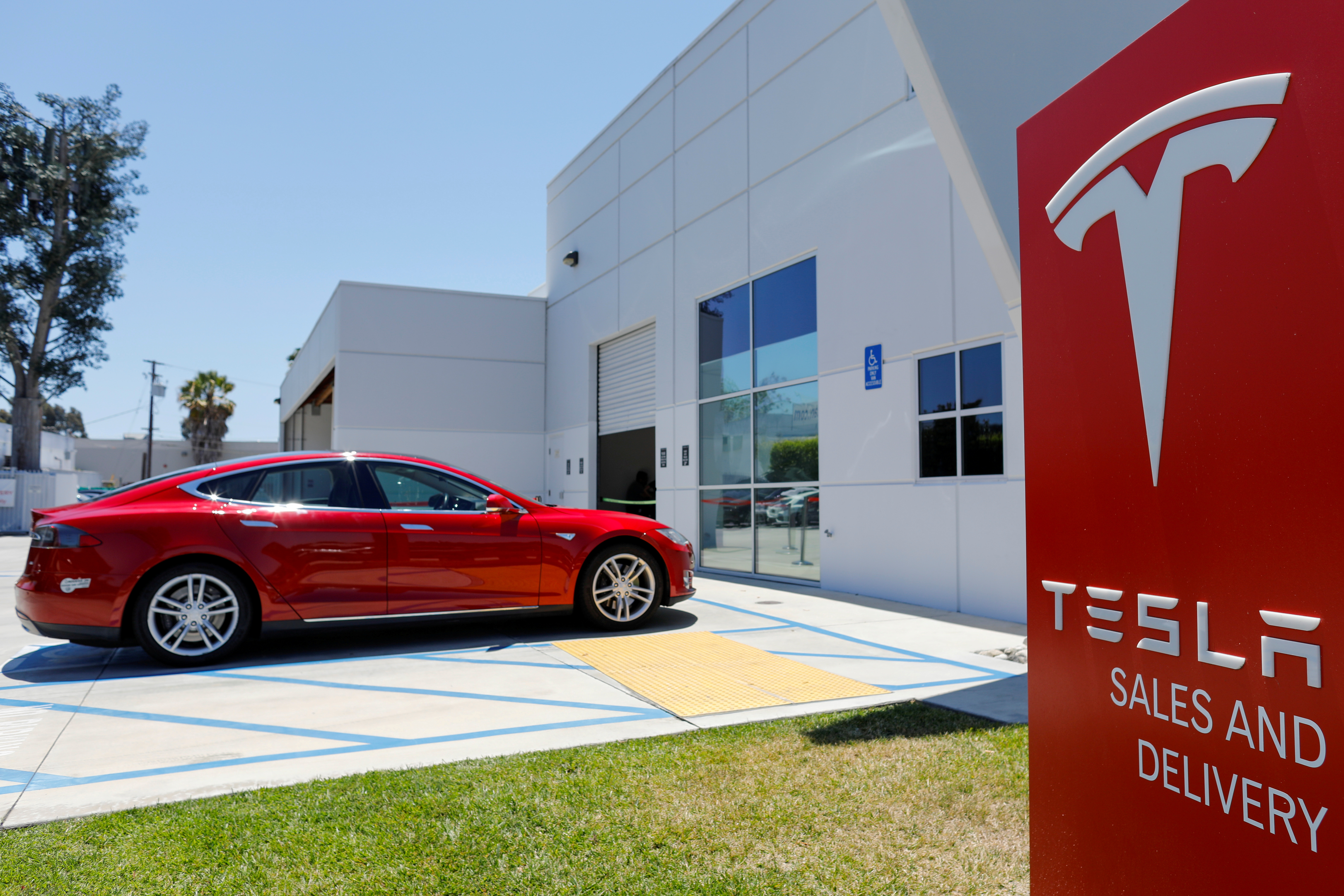 A Tesla sales and service center is shown in Costa Mesa, California, U.S. June 28, 2018.        REUTERS/Mike Blake/File Photo