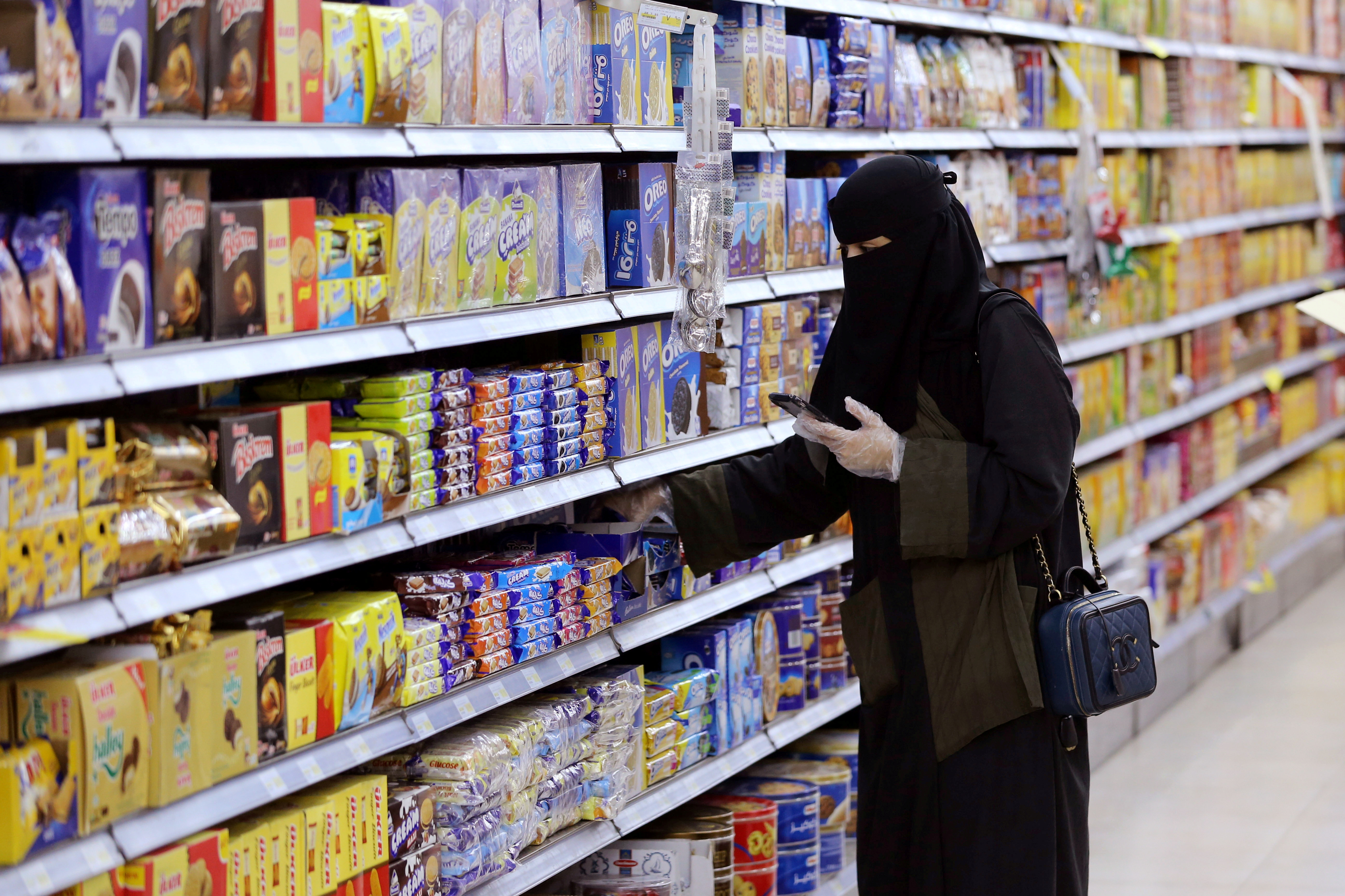 A Saudi woman wearing protective gloves shops at a supermarket, following the outbreak of the coronavirus disease (COVID-19), in Riyadh, Saudi Arabia May 11, 2020. REUTERS/Ahmed Yosri/