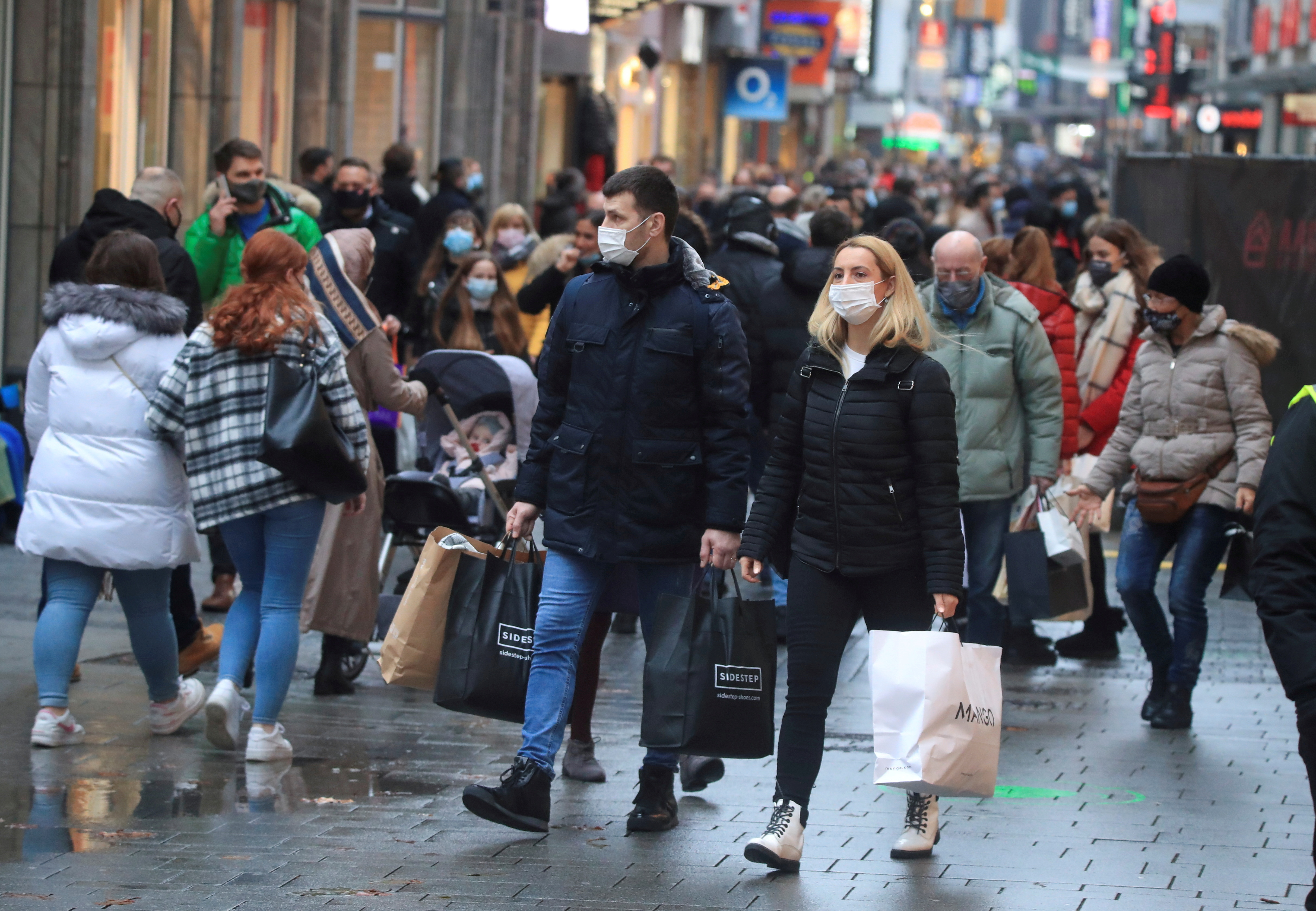 Shoppers wear mask and fill Cologne's main shopping street Hohe Strasse (High Street) in Cologne, Germany, 12, December, 2020.  REUTERS/Wolfgang Rattay/File Photo