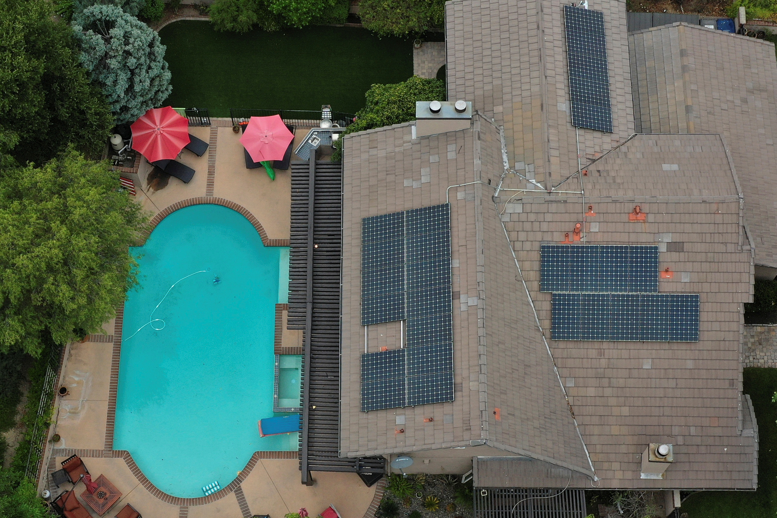 Solar panels are seen on rooftops amid the coronavirus disease (COVID-19) outbreak, in Santa Clarita, near Los Angeles, California, U.S., June 18, 2020.  REUTERS/Lucy Nicholson