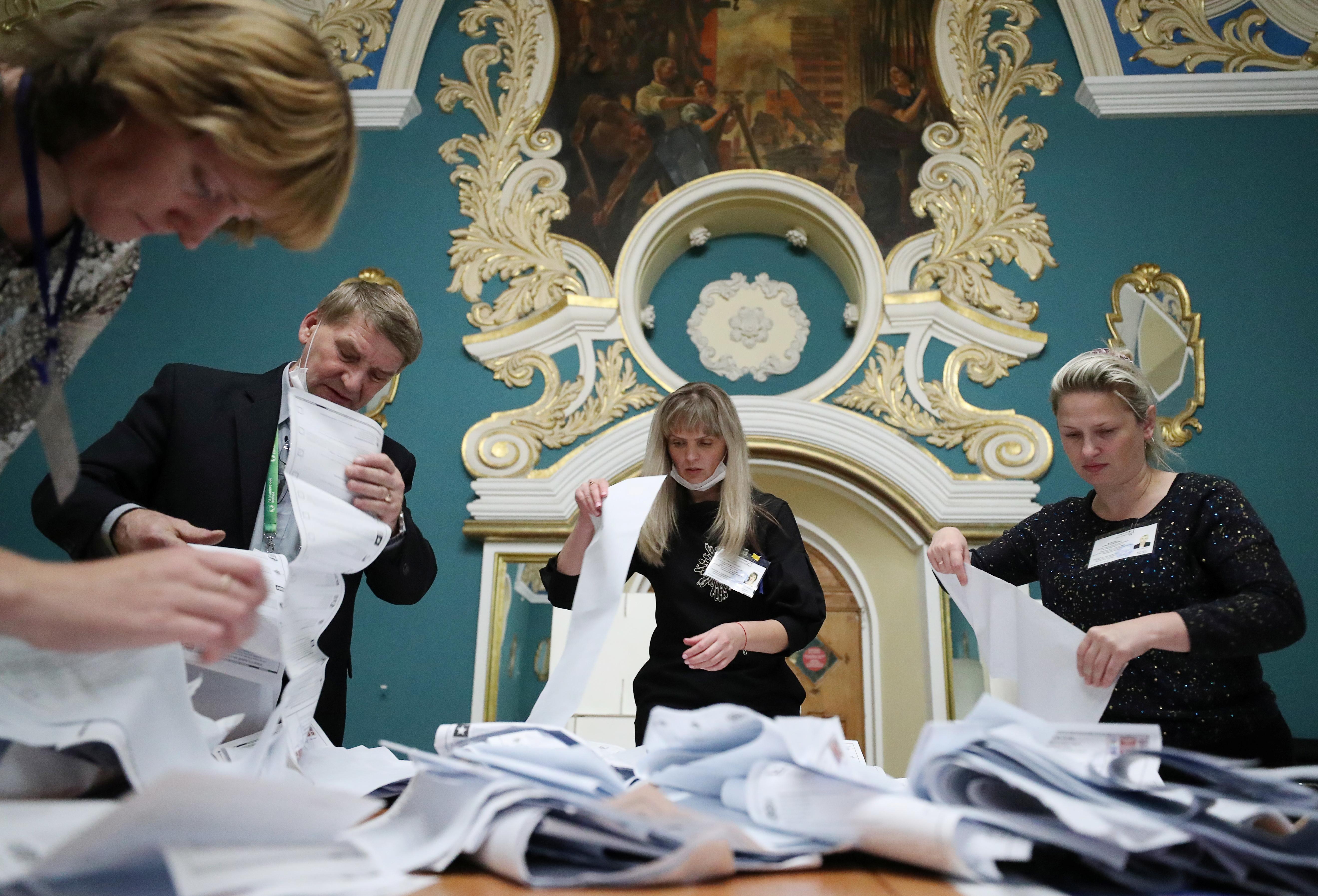 Lede van 'n plaaslike verkiesingskommissie tel stembriewe by 'n stemlokaal in die spoorwegterminal van Kazansky nadat die stembusse gesluit is tydens 'n parlementsverkiesing van drie dae in Moskou, Rusland, 19 September 2021. REUTERS/Evgenia Novozhenina