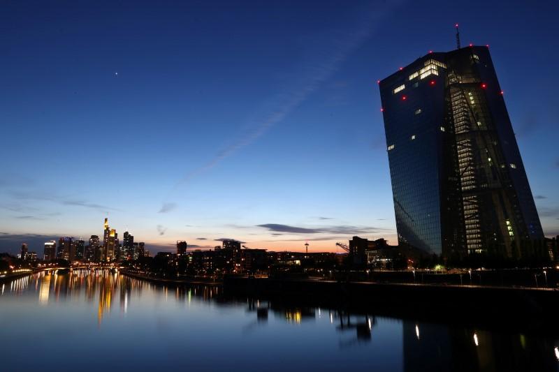 Sídlo Evropské centrální banky (ECB) je fotografováno při západu slunce, protože šíření koronavirové nemoci (COVID-19) pokračuje ve Frankfurtu v Německu, 28. dubna 2020. REUTERS/Kai Pfaffenbach