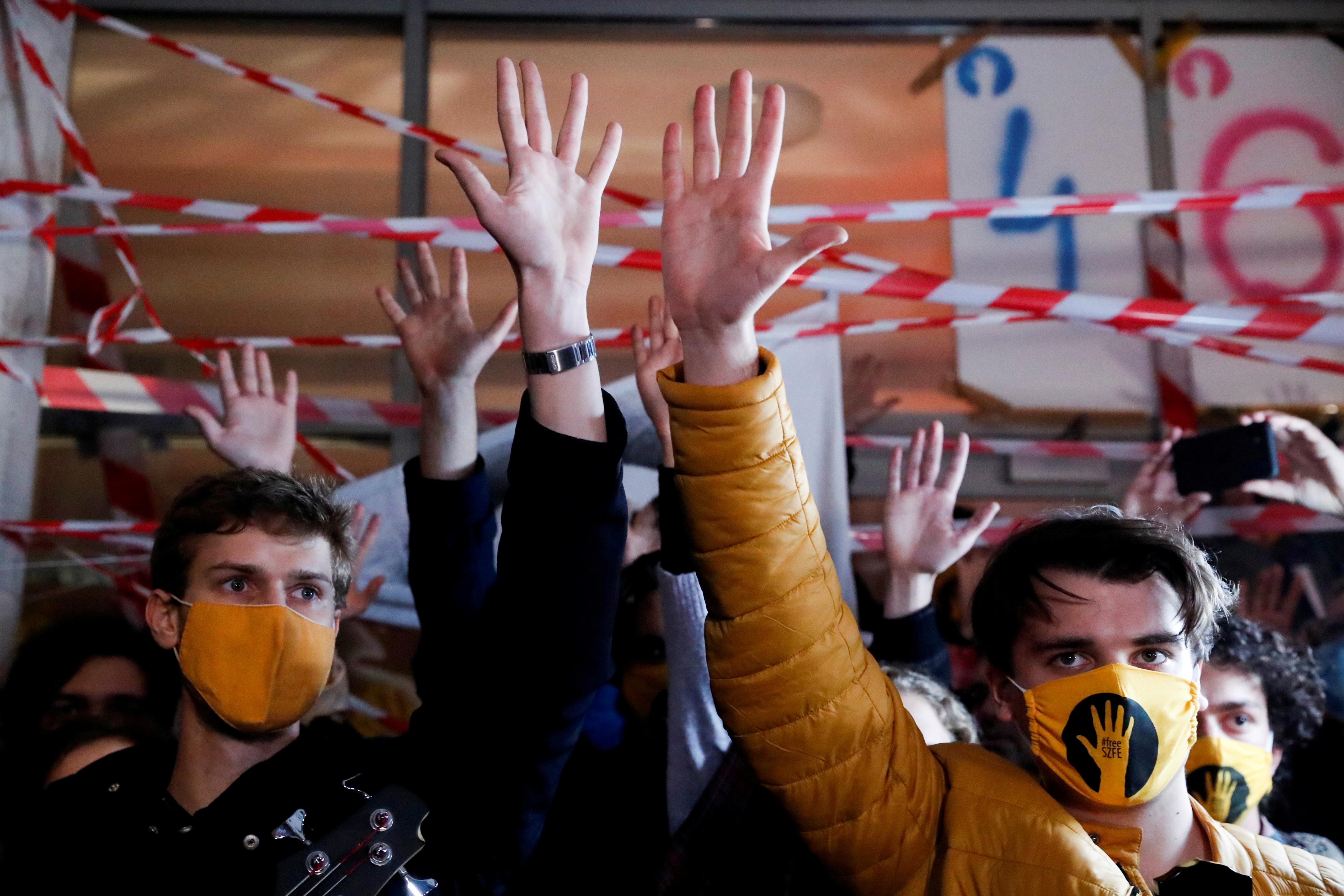 Ystum myfyrwyr o flaen Prifysgol y Celfyddydau Theatr a Ffilm yn Budapest, Hwngari, Hydref 16, 2020. REUTERS / Bernadett Szabo / File Photo