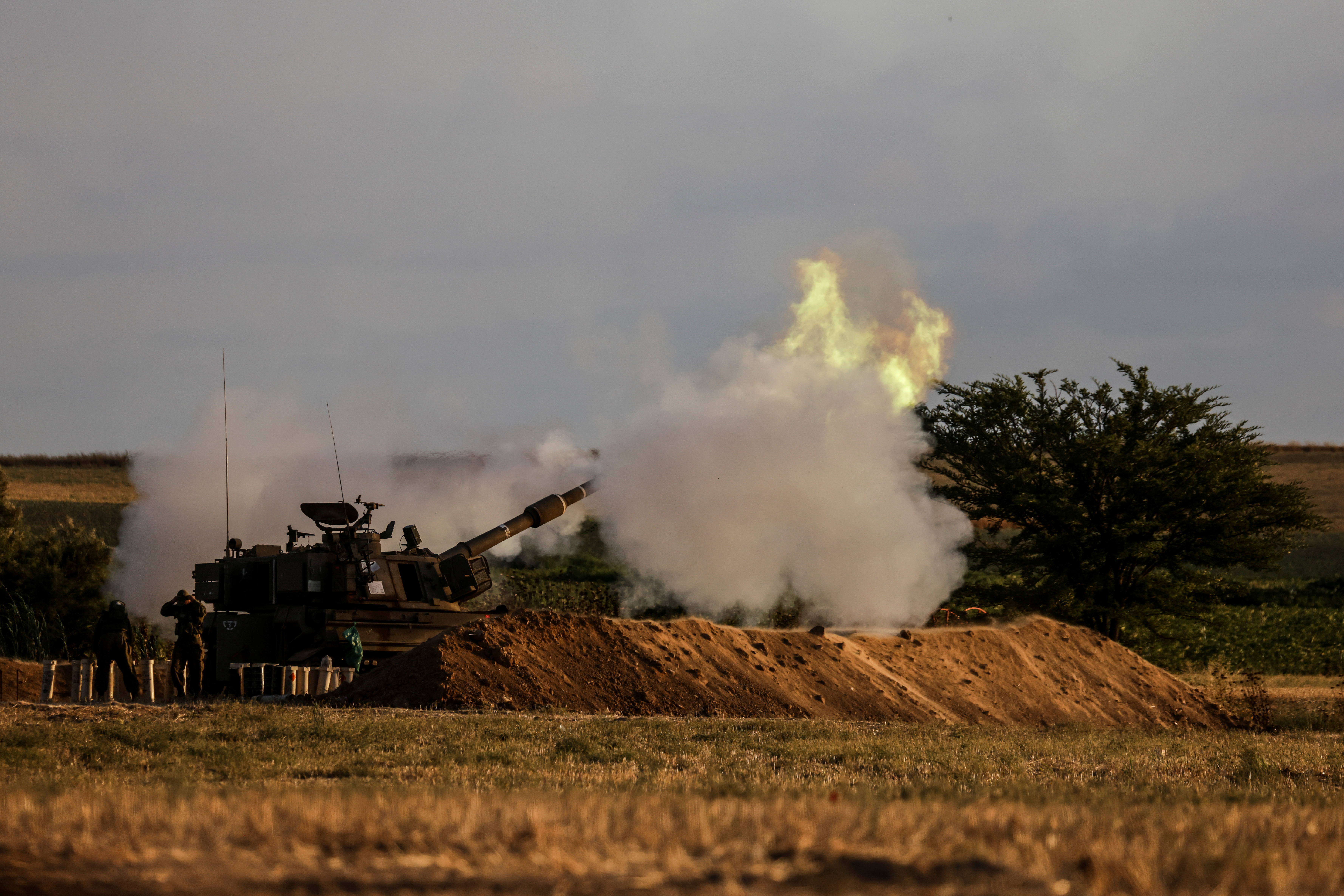 Israeli soldiers stand by an artillery unit as it fires near the border between Israel and the Gaza strip, on the Israeli side May 17, 2021. REUTERS/Amir Cohen