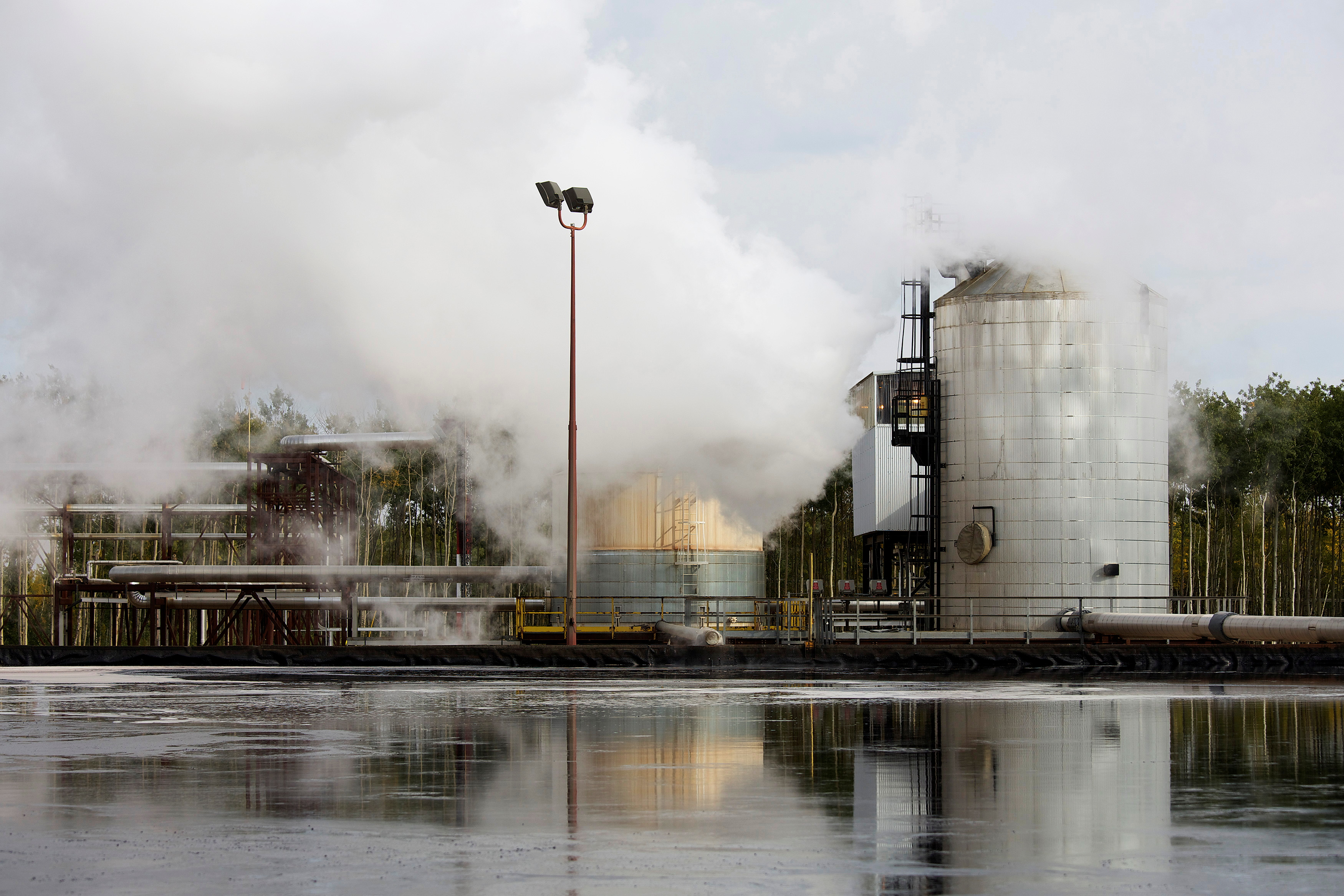 A water treatment pond at the McKay River Suncor oil sands in-situ operations near Fort McMurray, Alberta, September 17, 2014. REUTERS/Todd Korol/File Photo