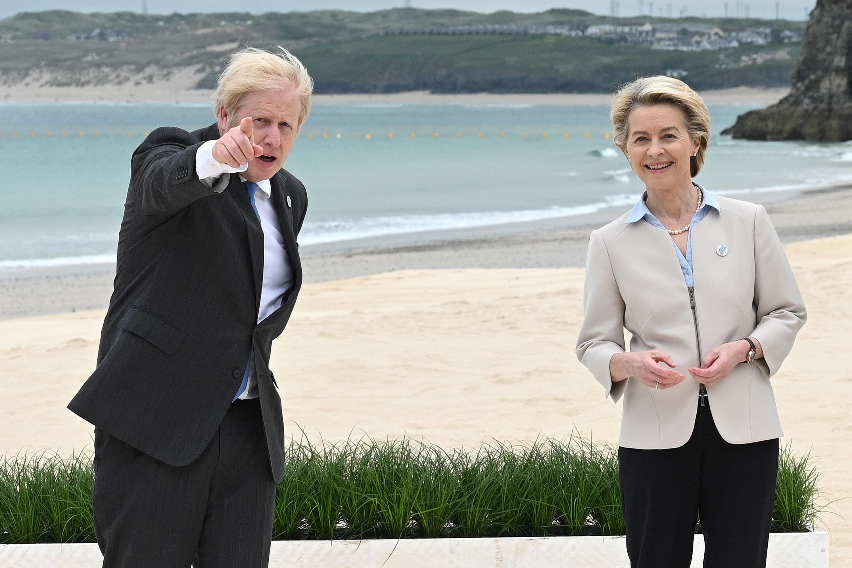 برطانیہ کے وزیر اعظم ، بورس جانسن ، 7 جون ، 11 کو ، کاربیس بے ، کارن وال ، برطانیہ میں کاربس بے ، میں جی 2021 سربراہی اجلاس میں رہنماؤں کے سرکاری استقبال اور خاندانی تصویر کے دوران ، یوروپی کمیشن کے صدر عرسولا وان ڈیر لیین کے ساتھ پوز آ رہے ہیں۔ لیون نیل / پول کے توسط سے رائٹرز