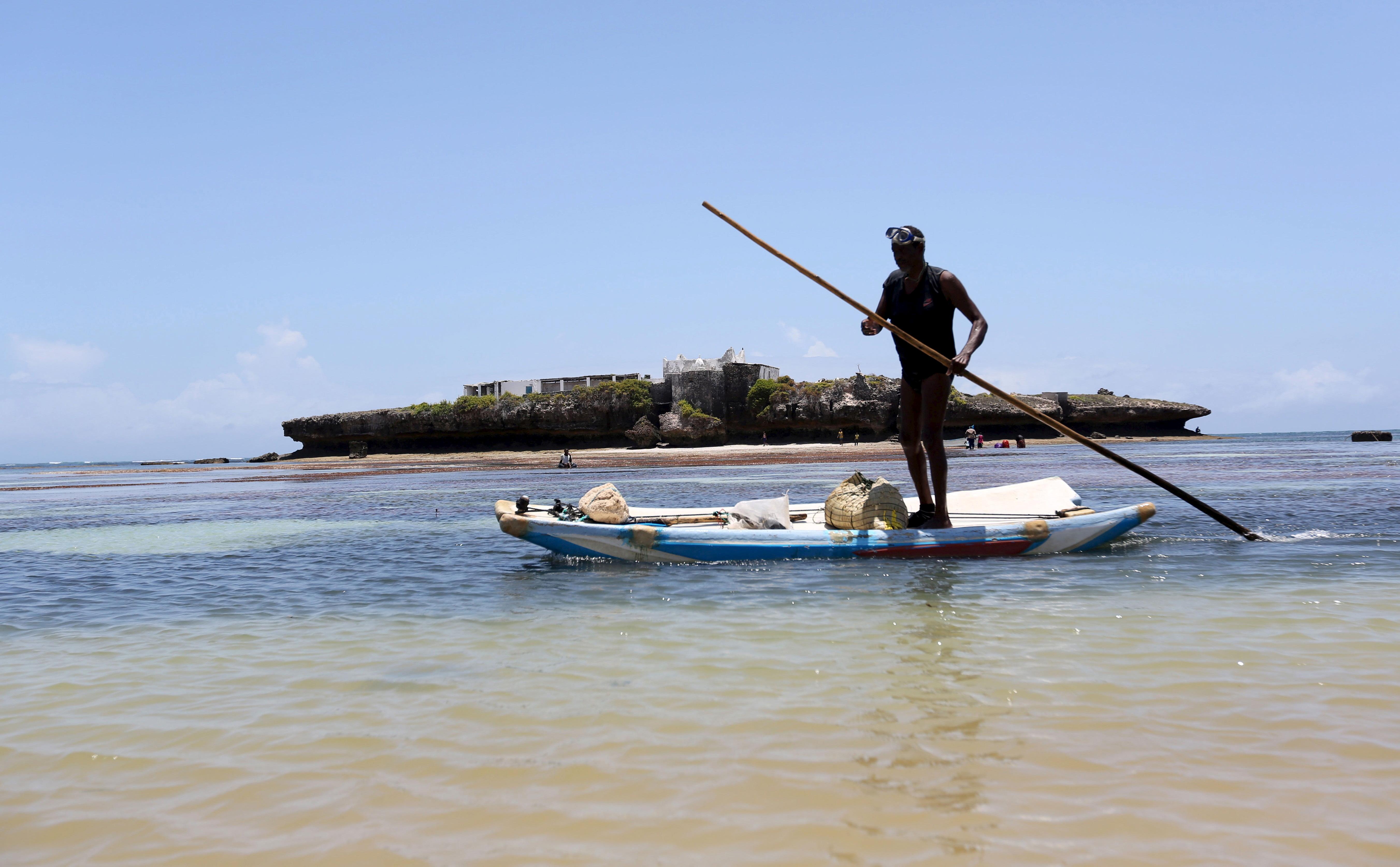 A fisherman paddles his boat in the Indian Ocean next to Jazeera beach near Somalia's capital Mogadishu, October 2, 2015. REUTERS/Feisal Omar